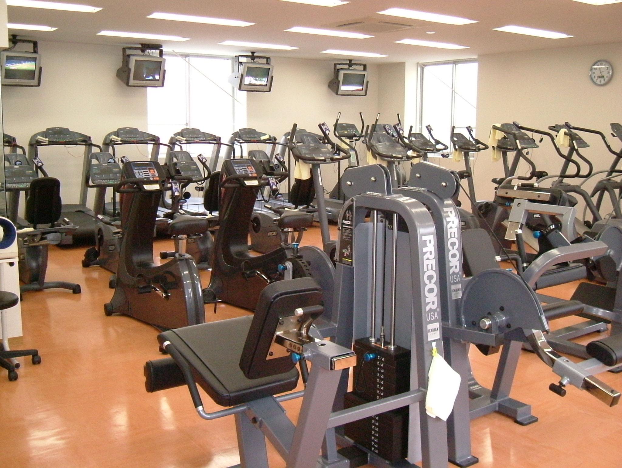 トレーニングジム|トレーニングジムには、ウォーキングマシンや筋力アップマシンなど有名なプリコーのマシンが並んでいます。