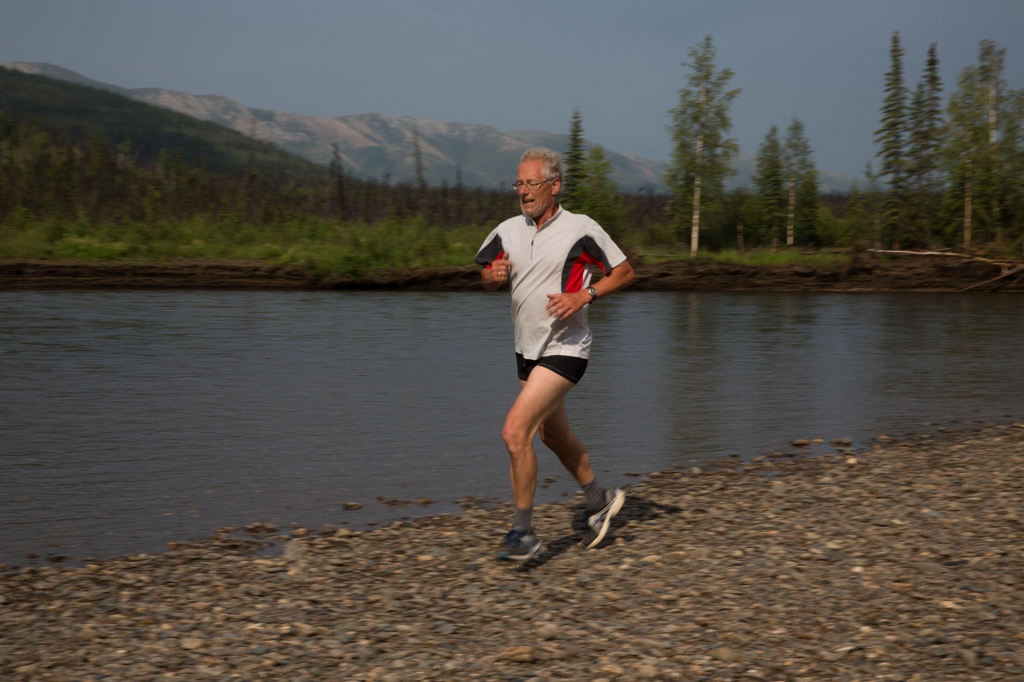 Klaus läuft 10 km auf der Kiesbank (500 m x 20)