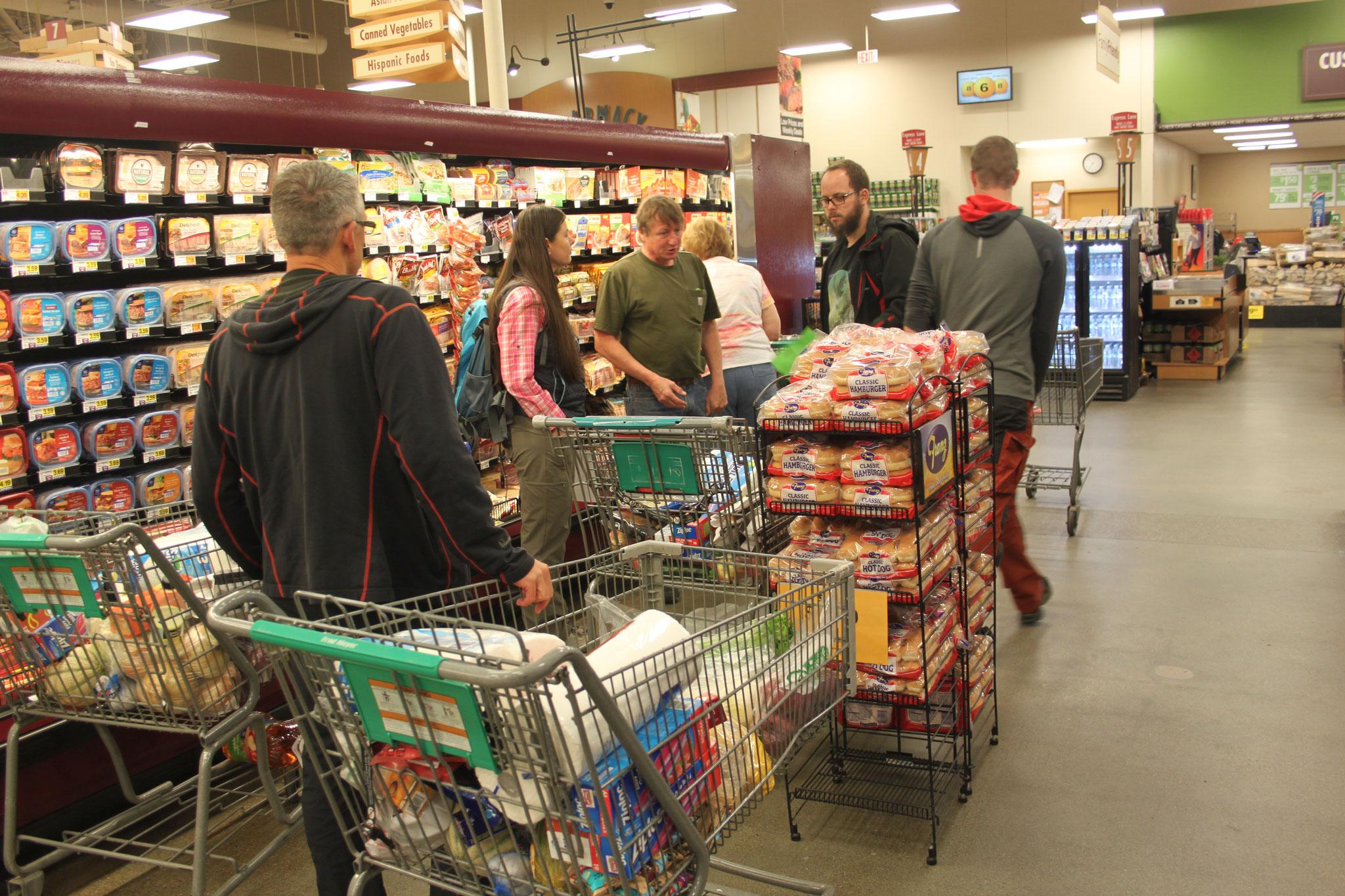 Peter hift uns beim Einkauf der Lebensmittel