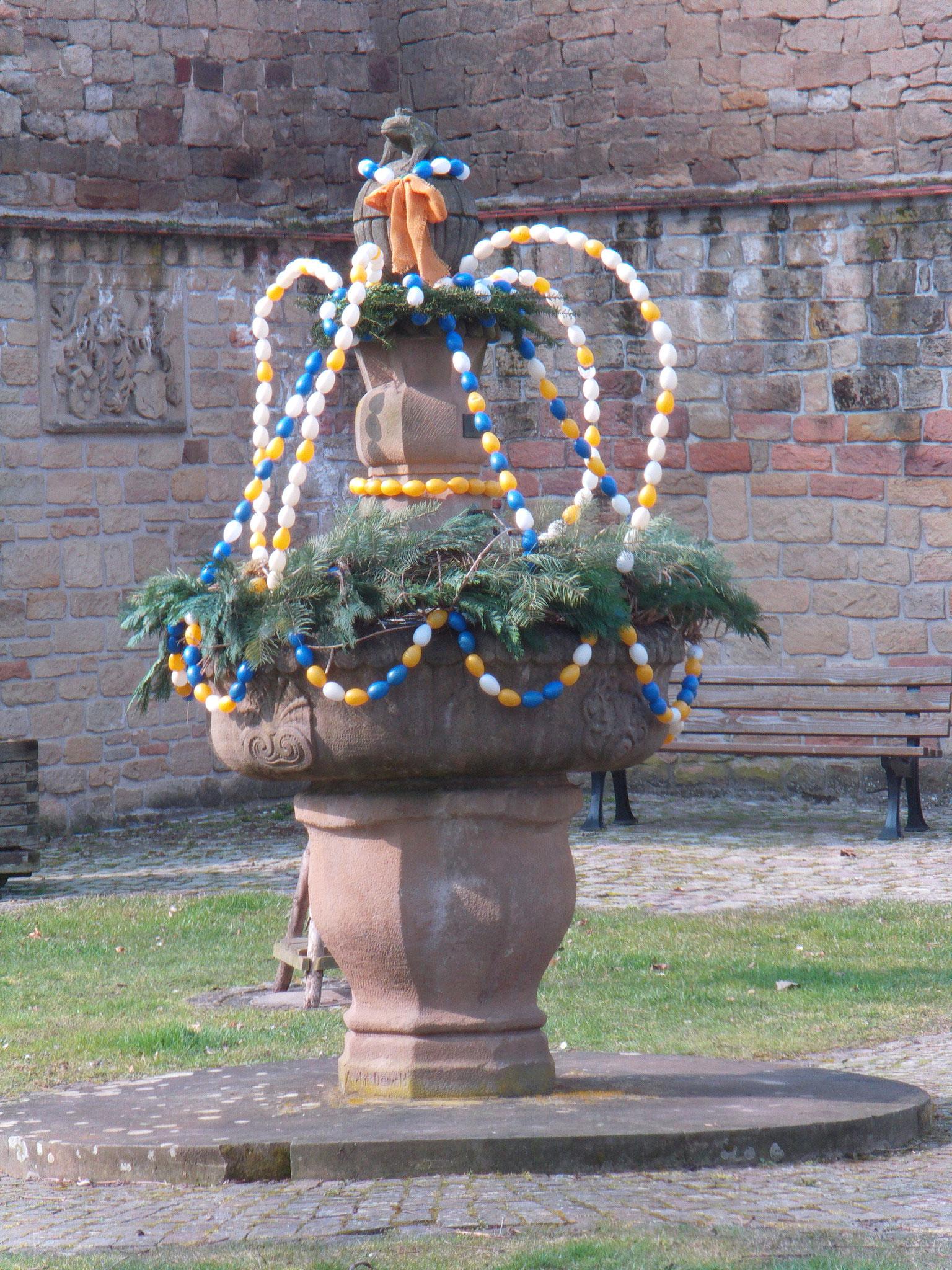 Bissinger-Brunnen mit Osterschmuck
