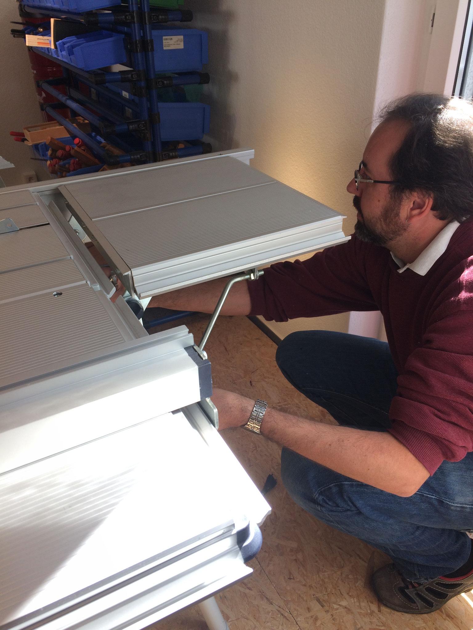 Dani nimmt die Tischfräse in Betrieb