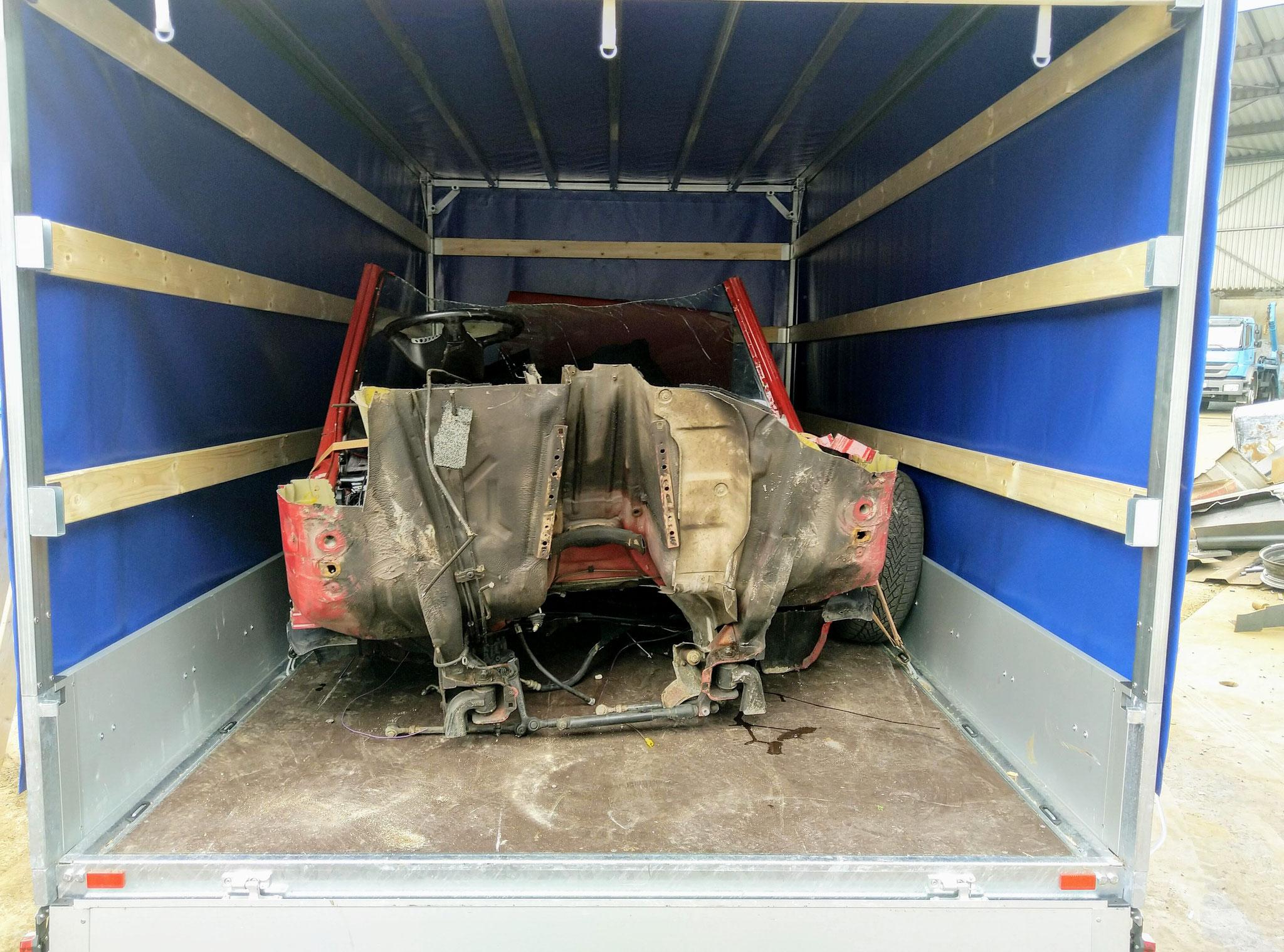 Transport eines geschlachteten Mercedes