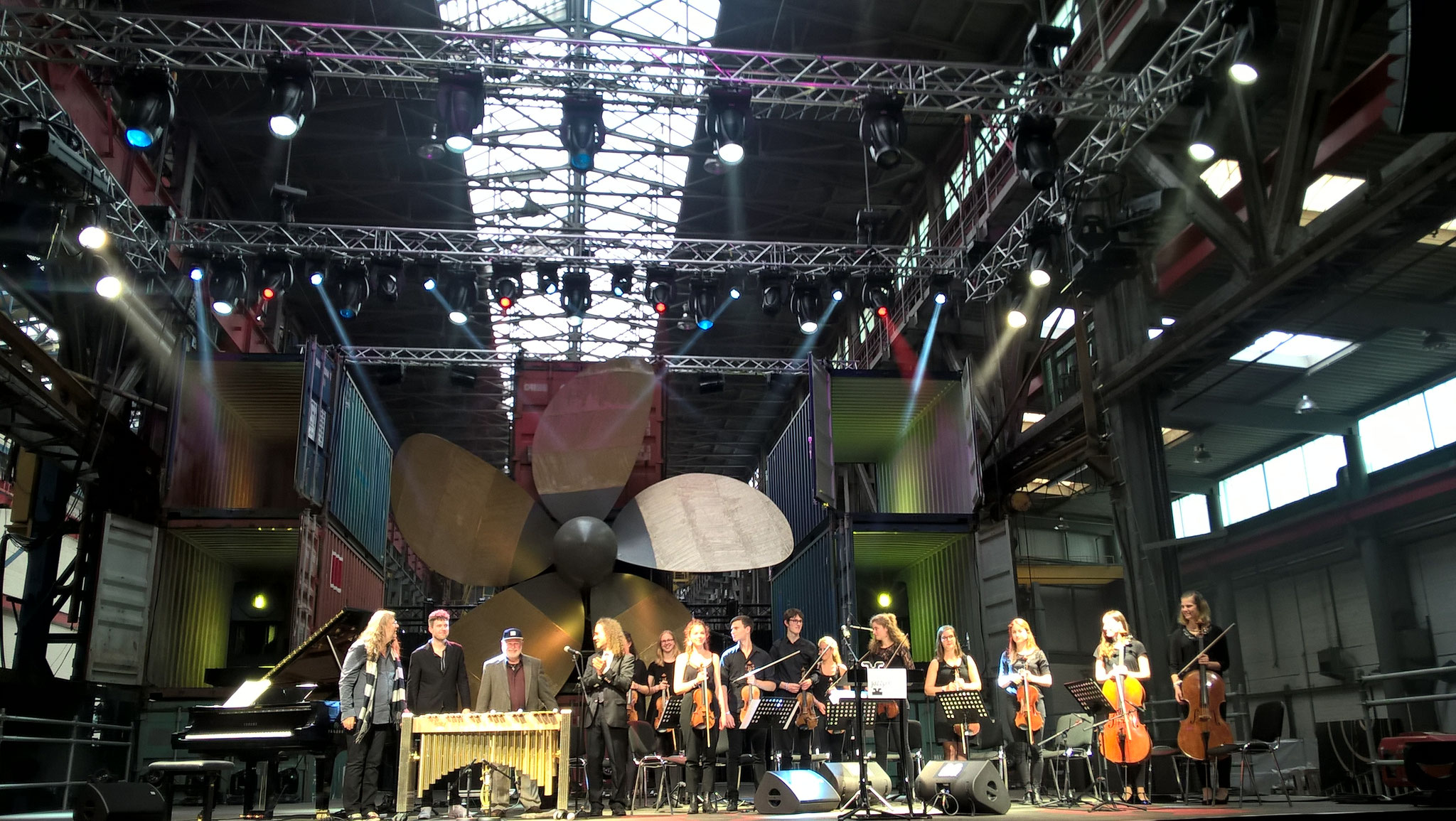 Wolfgang Schlüter spielte auf der Preisverleihung des Hamburger Jazzpreises gemeinsam mit den Streichern der Jungen Norddeutschen Philharmonie Stücke aus seiner geplanten neuen CD. (Fotocredit: Sabine Bachmann)