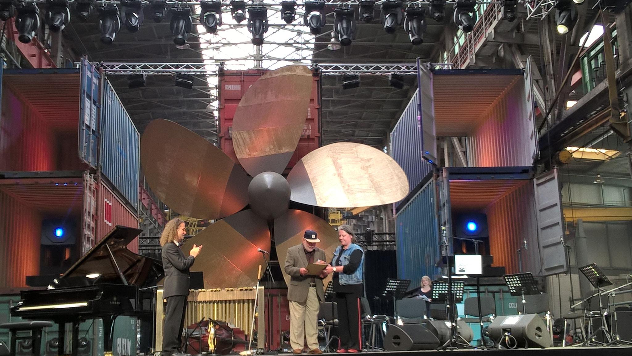 Wolfgang Schlüter zusammen mit Wolf Kerschek (links) und Vladislav Sendecki (rechts) bei der Vergabe des Hamburger Jazzpreises 2017 (Fotocredit: Sabine Bachmann)