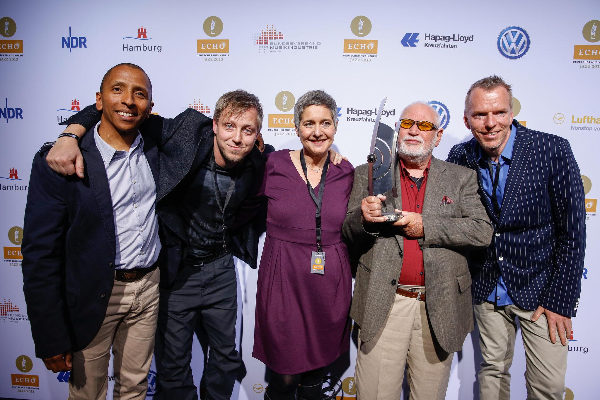 Wolfgang Schlüter bei der Verleihung des ECHO Jazz 2013, zusammen mit Sabine Bachman von Skip Records und den Laudatoren TINGVALL TRIO. (Fotocredit: Deutsche Phono Akademie)