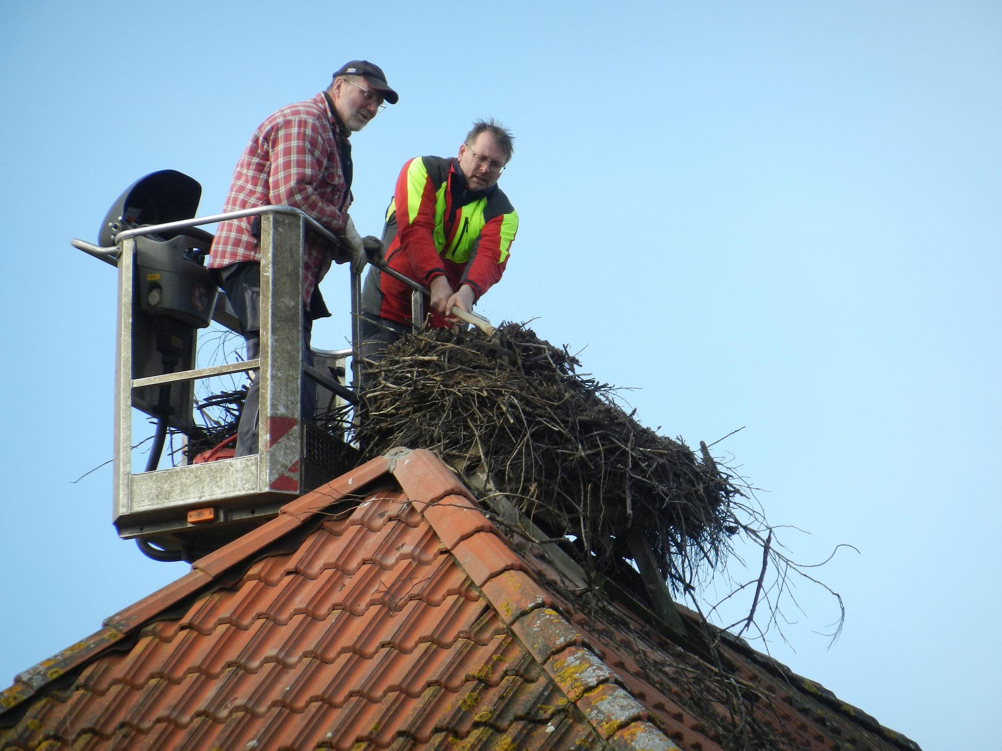Das Material aus dem schiefen Nest auf dem Dach der Freiwilligen Feuerwehr wird eimerweise abgetragen
