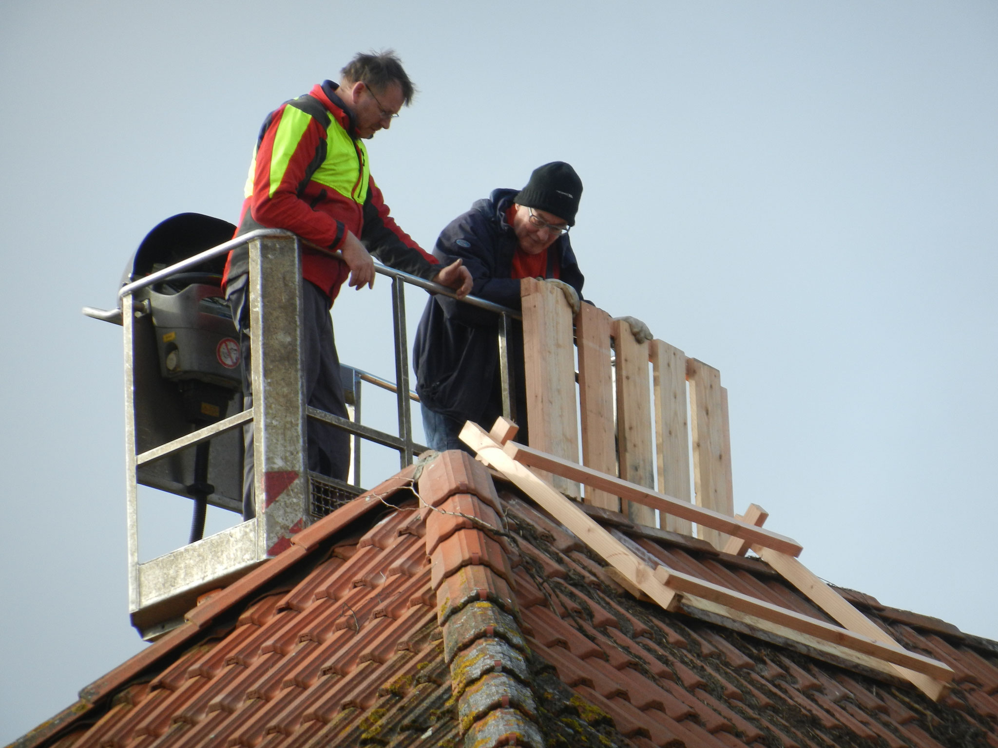 Das neue Holzgestell wird auf das Dach gesetzt ...