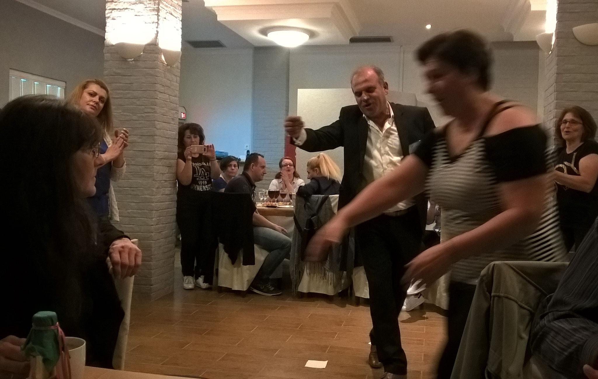 Der Bürgermeister von Poros tanzt