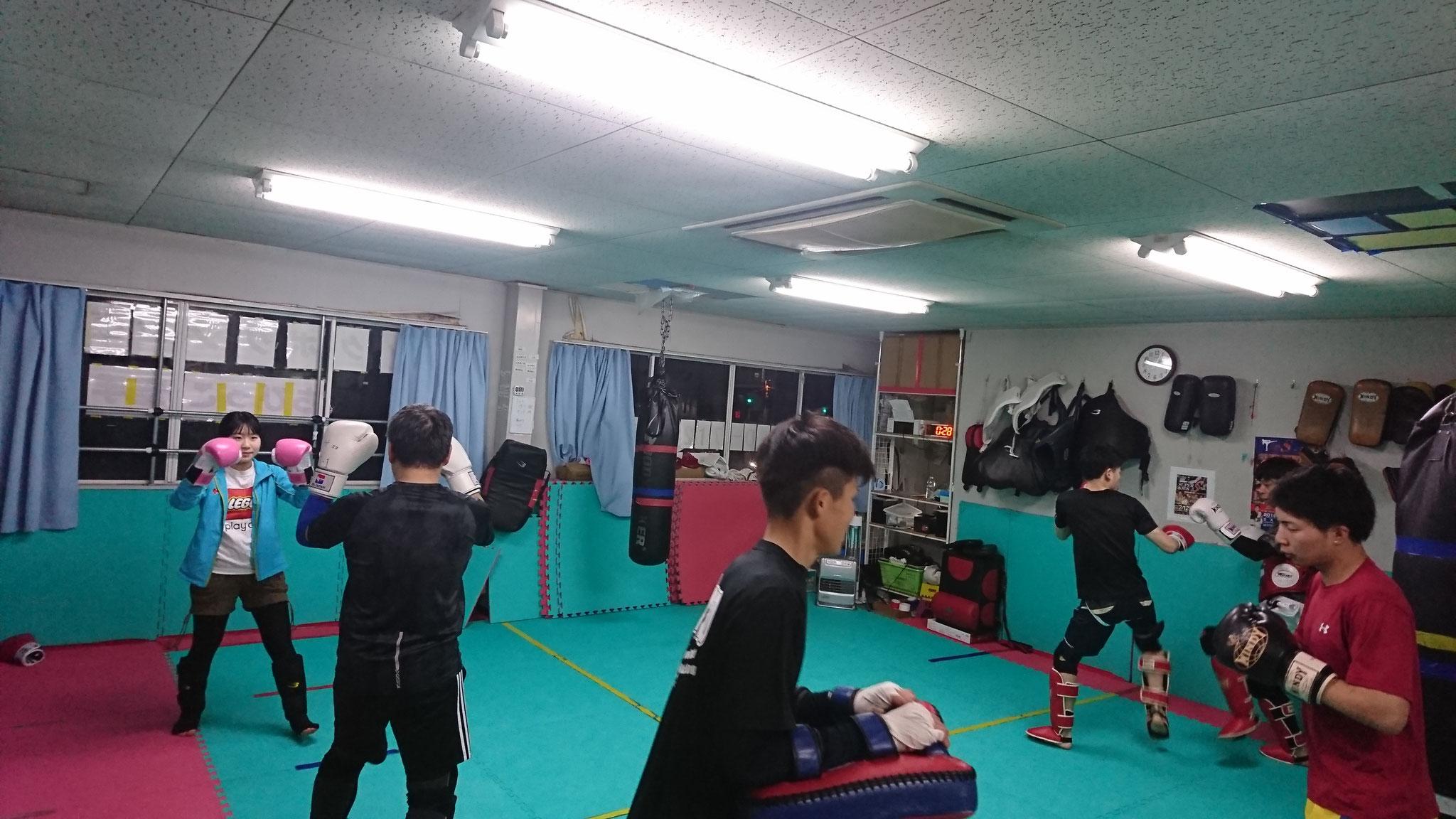 キックボクシング選手練習