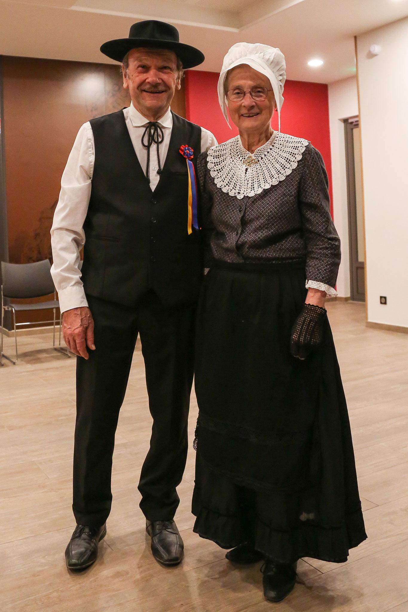 traditions populaire groupe folklorique sarlat costumes traditionel du Périgord, costumes et coiffe de dentelle, vêtements de nos aïeux, costume régional folklorique de Sarlat