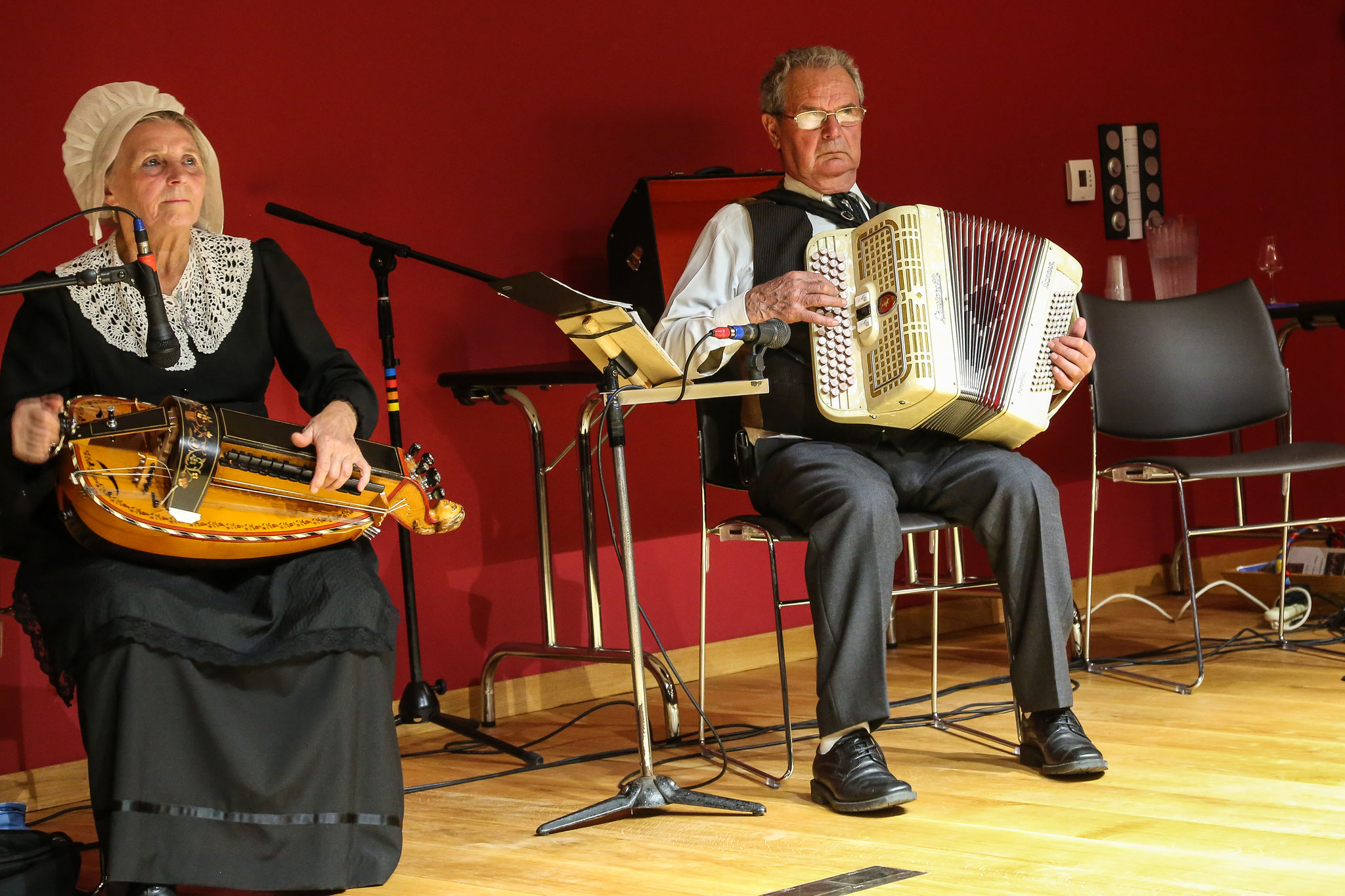 Groupe folklorique les ménestrels sarladais, musiciens et chanteurs de folklore, les instruments traditionnel l'accordéon diatonique et chromatique la vielle, les costumes traditionnel du Périgord noir,