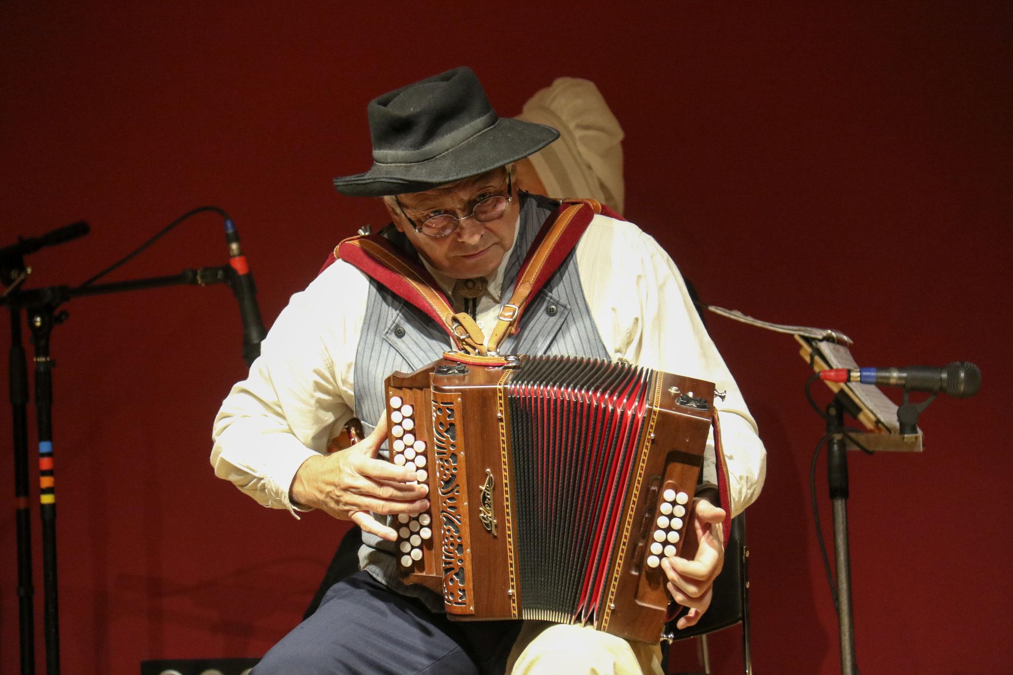 Groupe folklorique les ménestrels sarladais, musiciens et chanteurs de folklore, les instruments traditionnels l'accordéon diatonique et chromatique la vielle, les costumes traditionnel du Périgord noir,