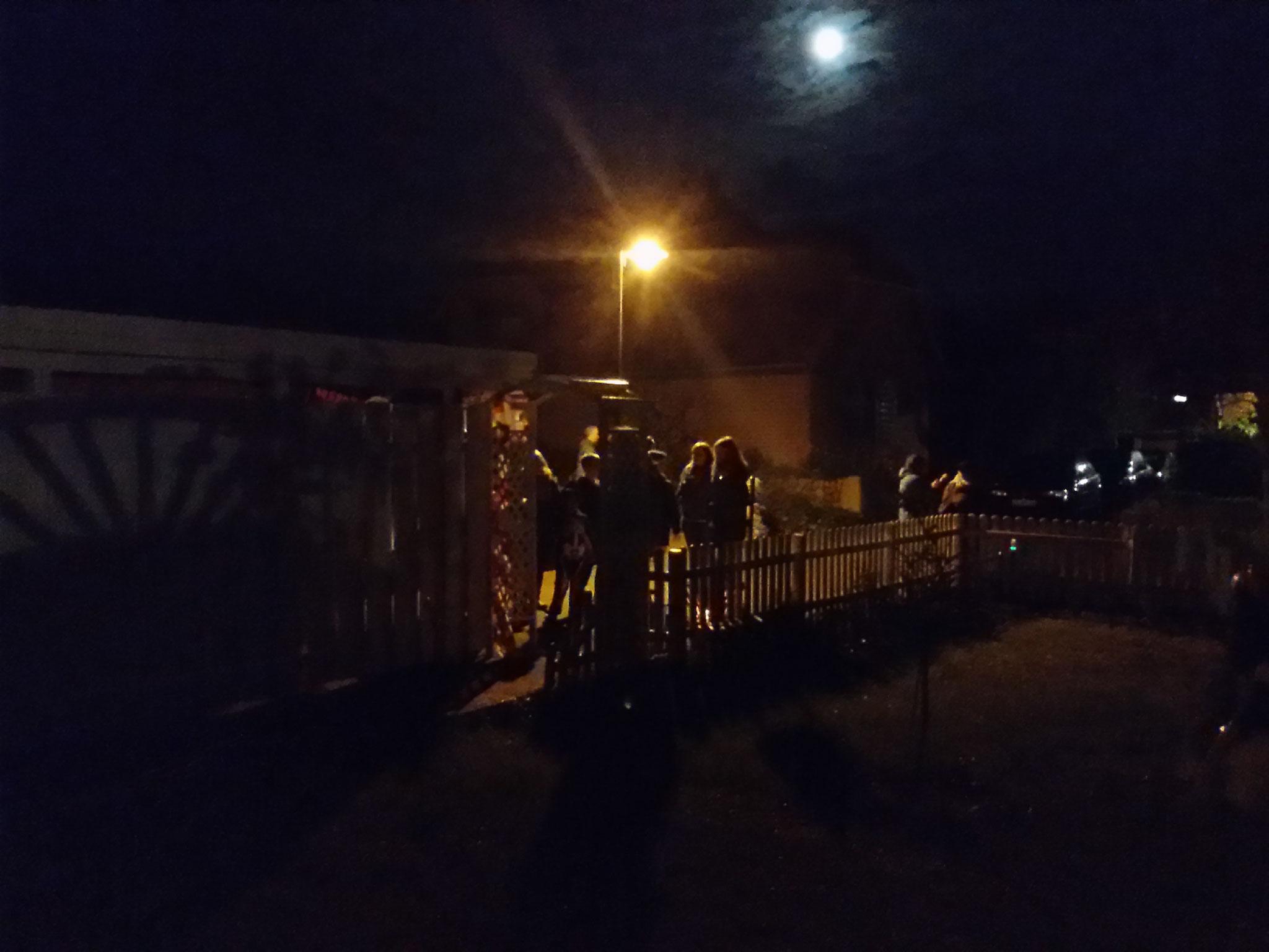 17:59 Uhr... Die ersten warten schon vor dem Eingang. Es kann losgehen.