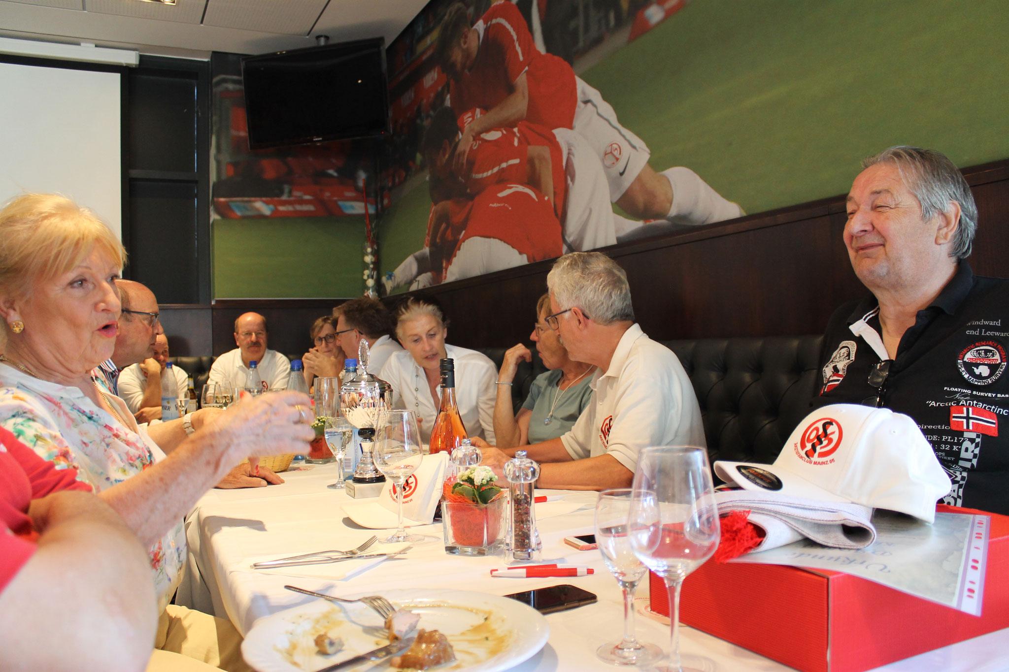 Margitsche und Klaus im hoch amüsanten Plausch, während der 1. Vorsitzende Wolfgang Klee fleißig diskutiert.
