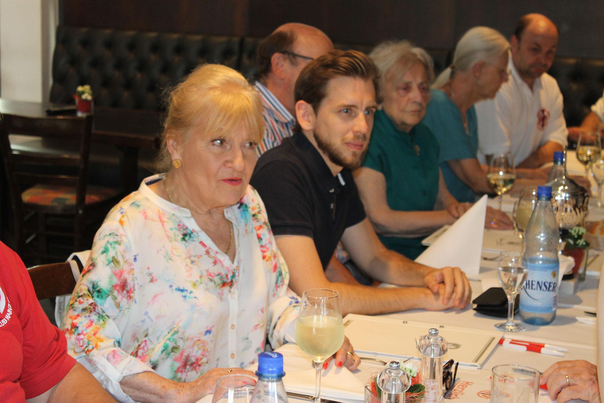 Margit Sponheimer - Ehrenmitglied des ÄFC lauscht gemeinsam mit dem 2. Vorsitzenden Florian Deckers dem Ex-Stadionsprecher