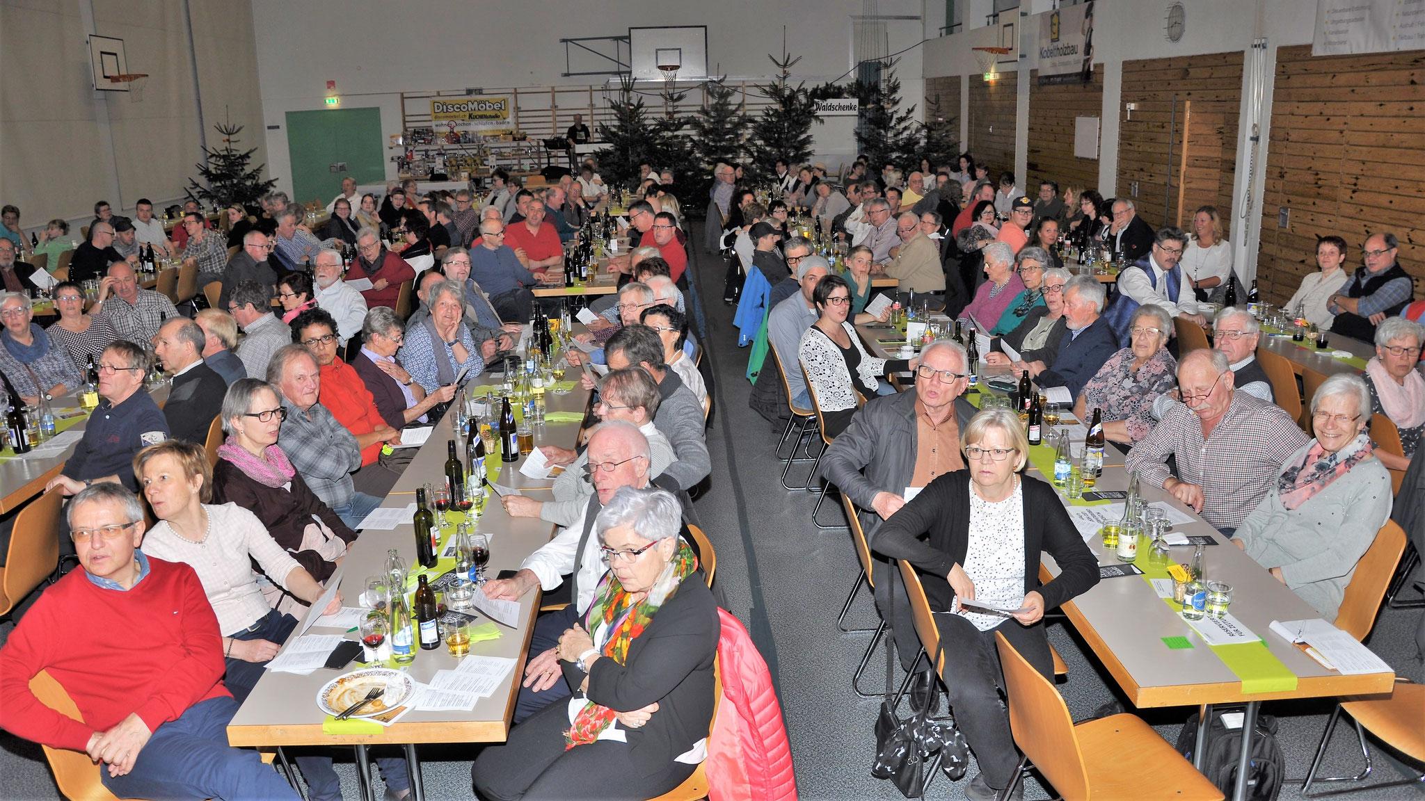 """Publikum singt mit beim """"Gemseli Jäger"""""""