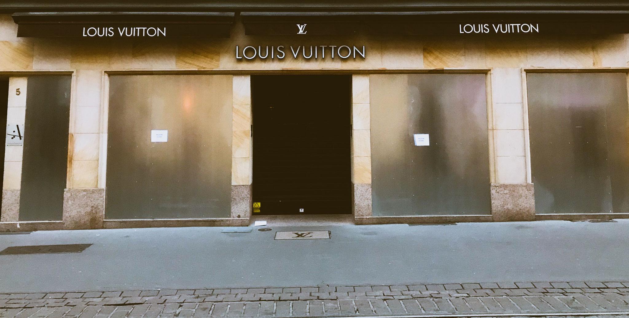Louis Vuitton Ladenfront während Demo in Straßburg / Louis Vuitton closed storefront Straßburg
