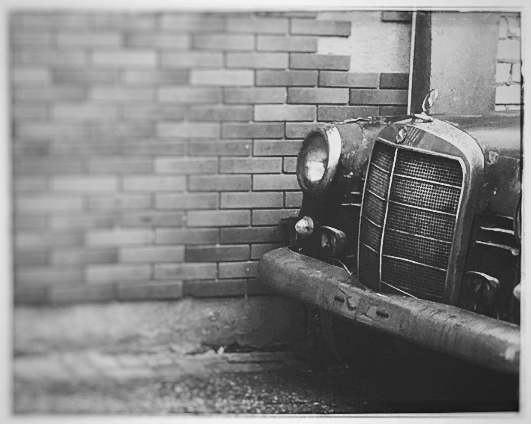 Der alte Mercedes im Hof. Shotloc: Ludwigshafen