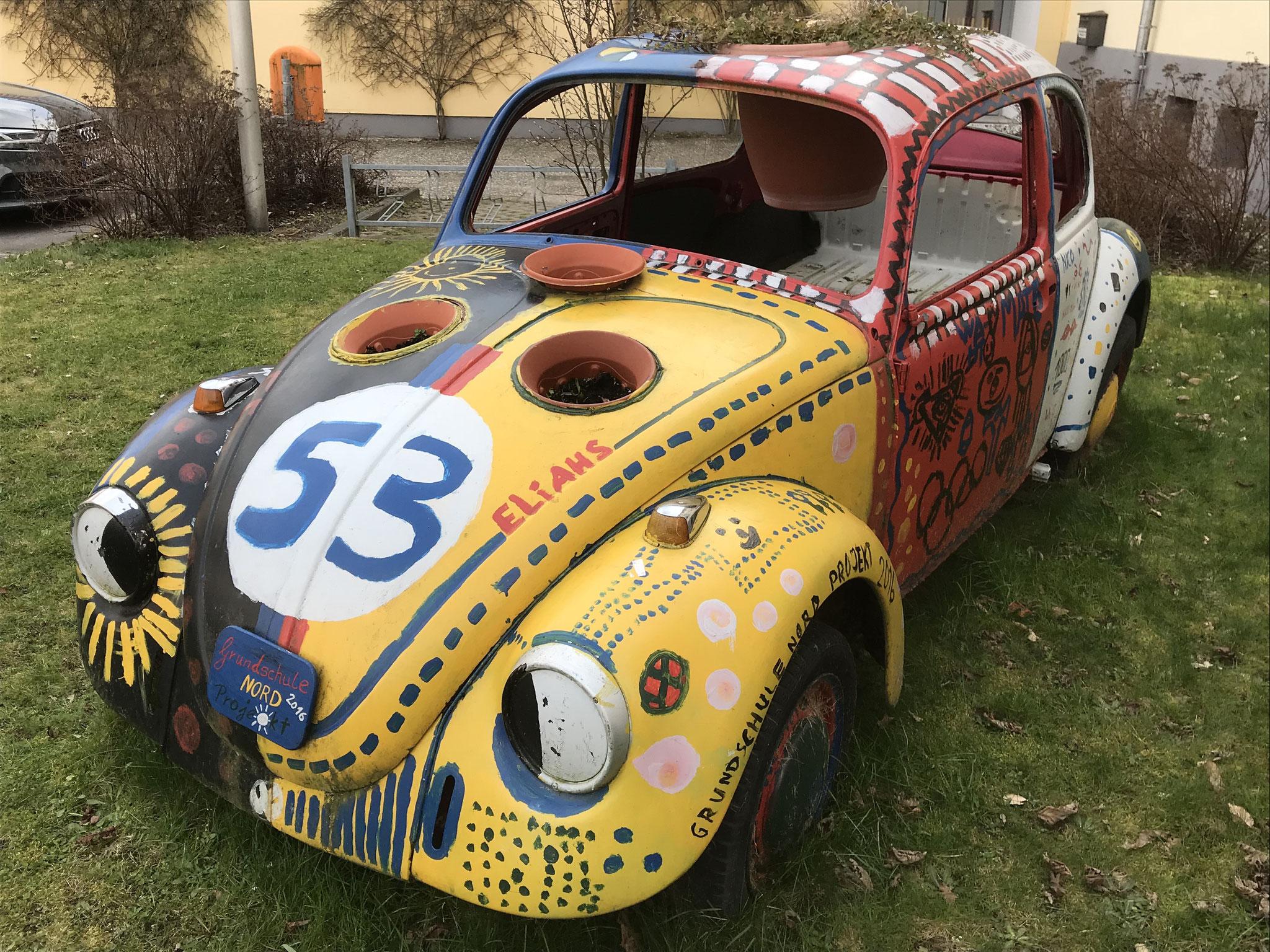 Einen VW Käfer zum Blumenkübel umgebaut.