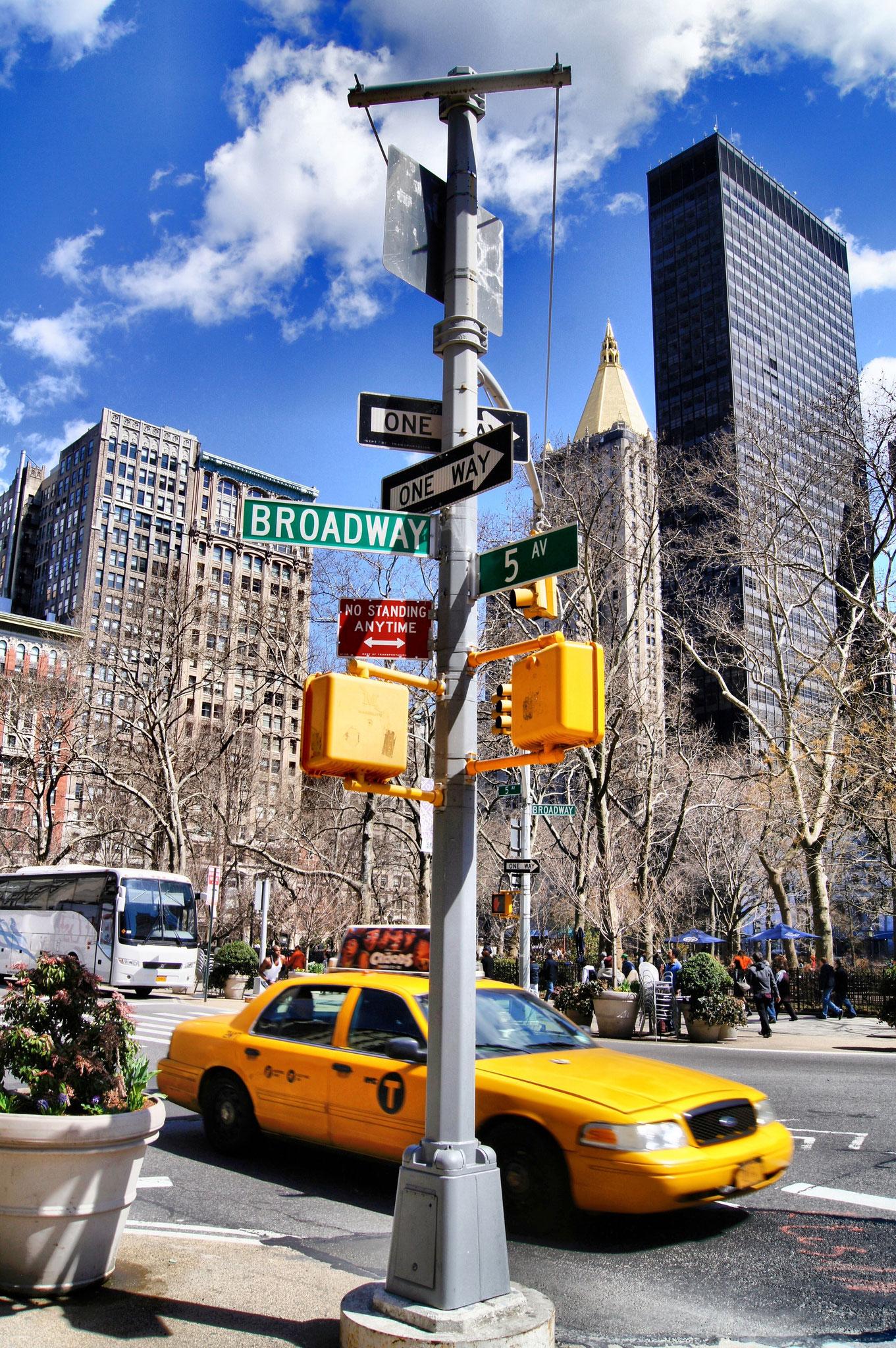 Typisches Stadtbild mit gelbem Taxi