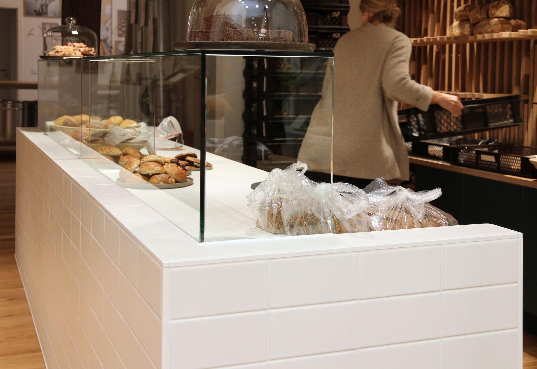 Brote und Gebäck werden zum Verkauf vorbereitet