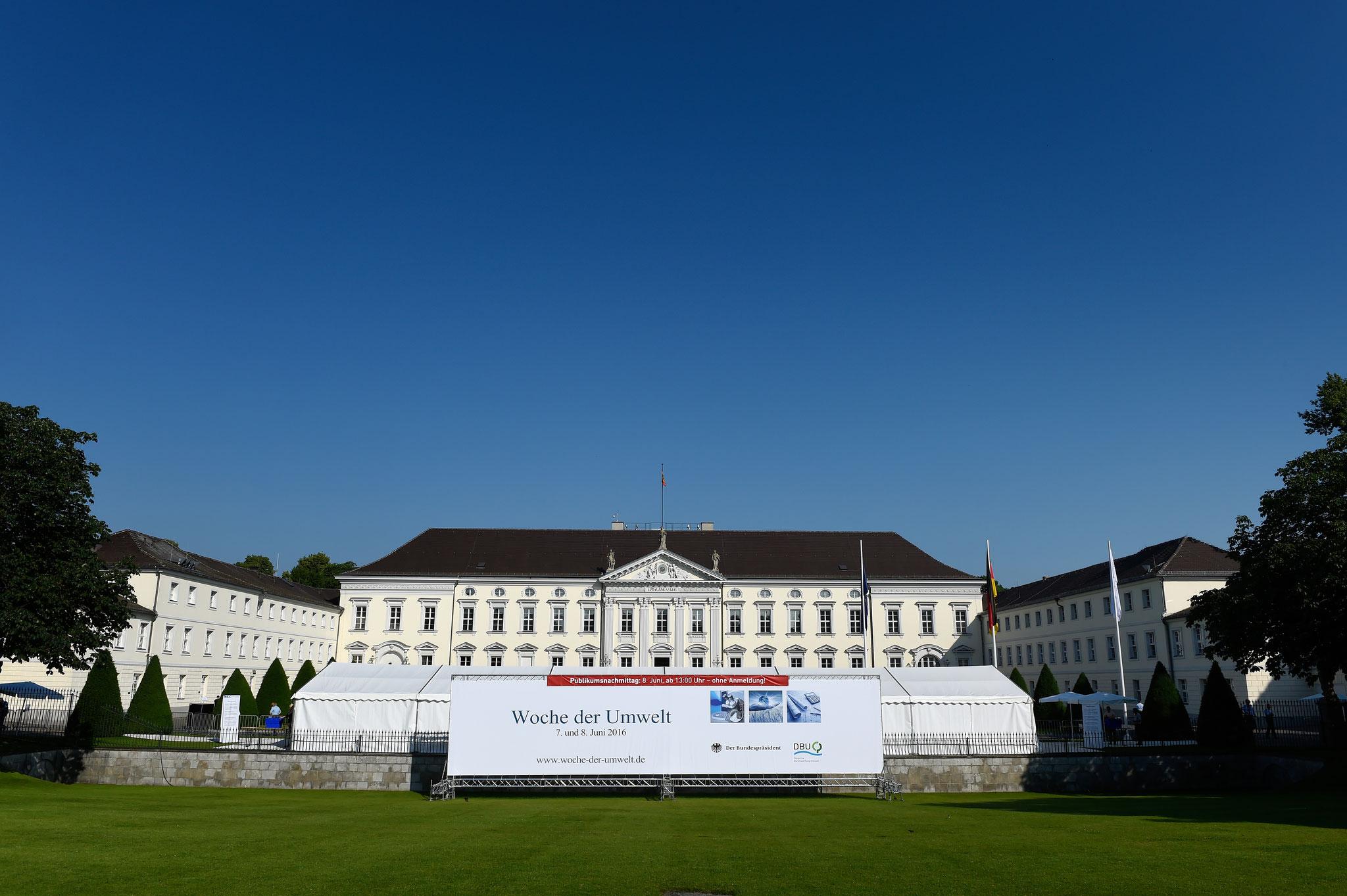 Knapp 200 Aussteller, über 80 Diskussionsrunden und rund 13.000 Besucher verwandelten den Schlosspark in ein lebendiges Forum für Umweltschutz und Nachhaltigkeit. Foto: DBU Archiv, P. Himsel