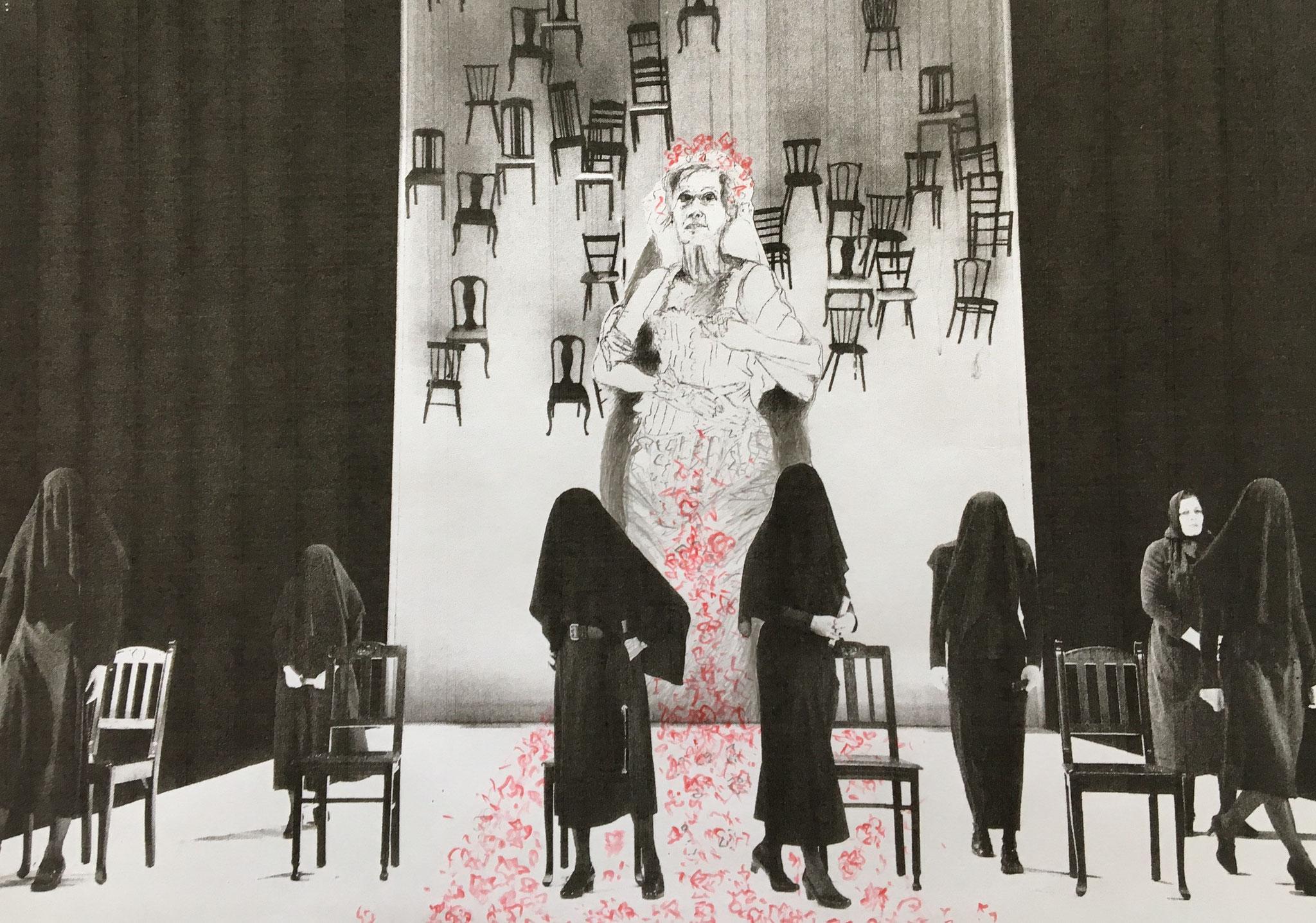 """Elke-Maria Josefa unverschleiert zwischen allen Stühlen (Elke Twiesselmann als Maria Josefa in """"Bernarda Albas Haus"""" von Federico García Lorca), Mischtechnik, 21 x 15 cm (#1027)"""