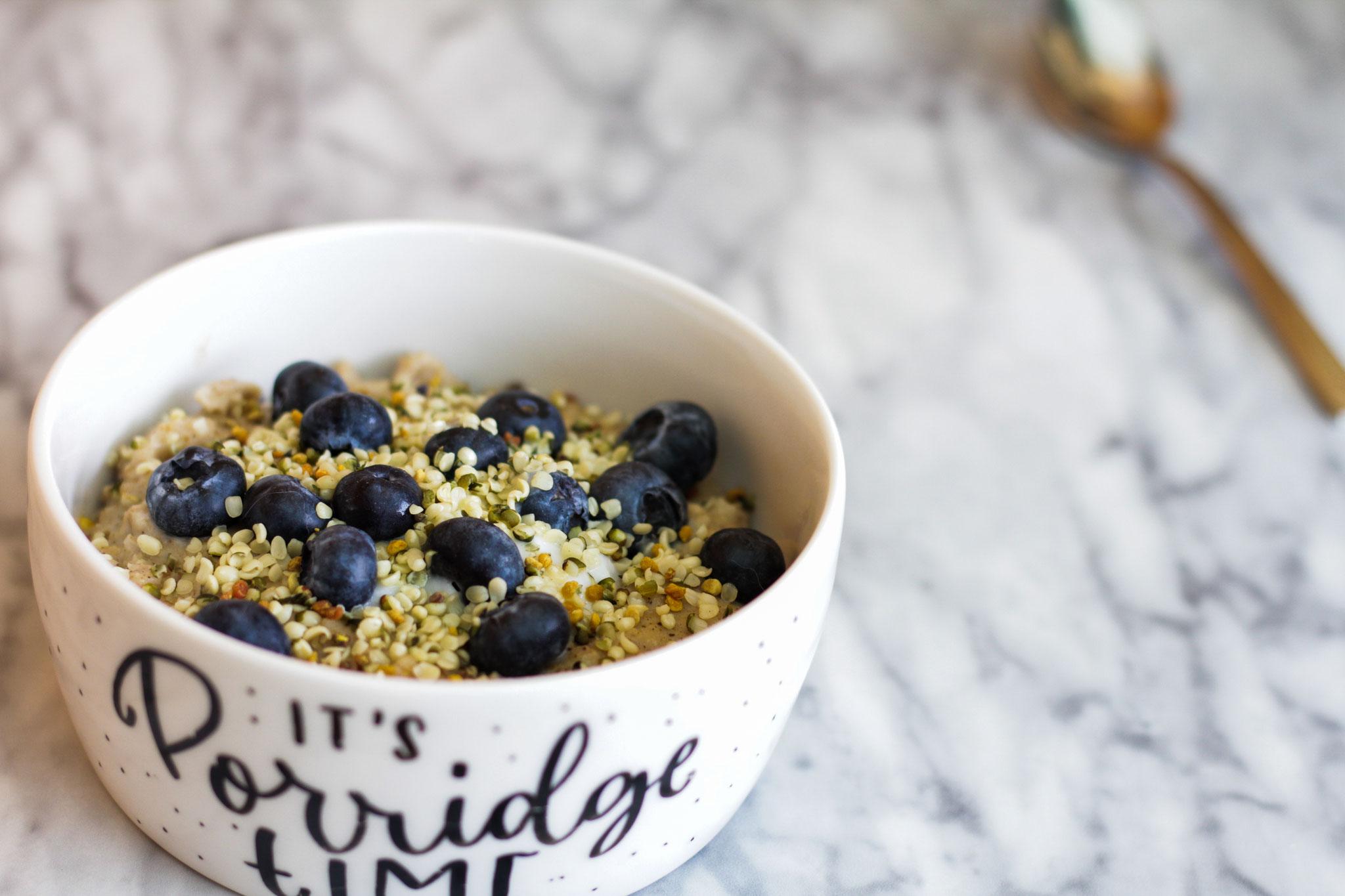 Porridge mit Heidelbeeren, Hanfsamen und Mandeljoghurt