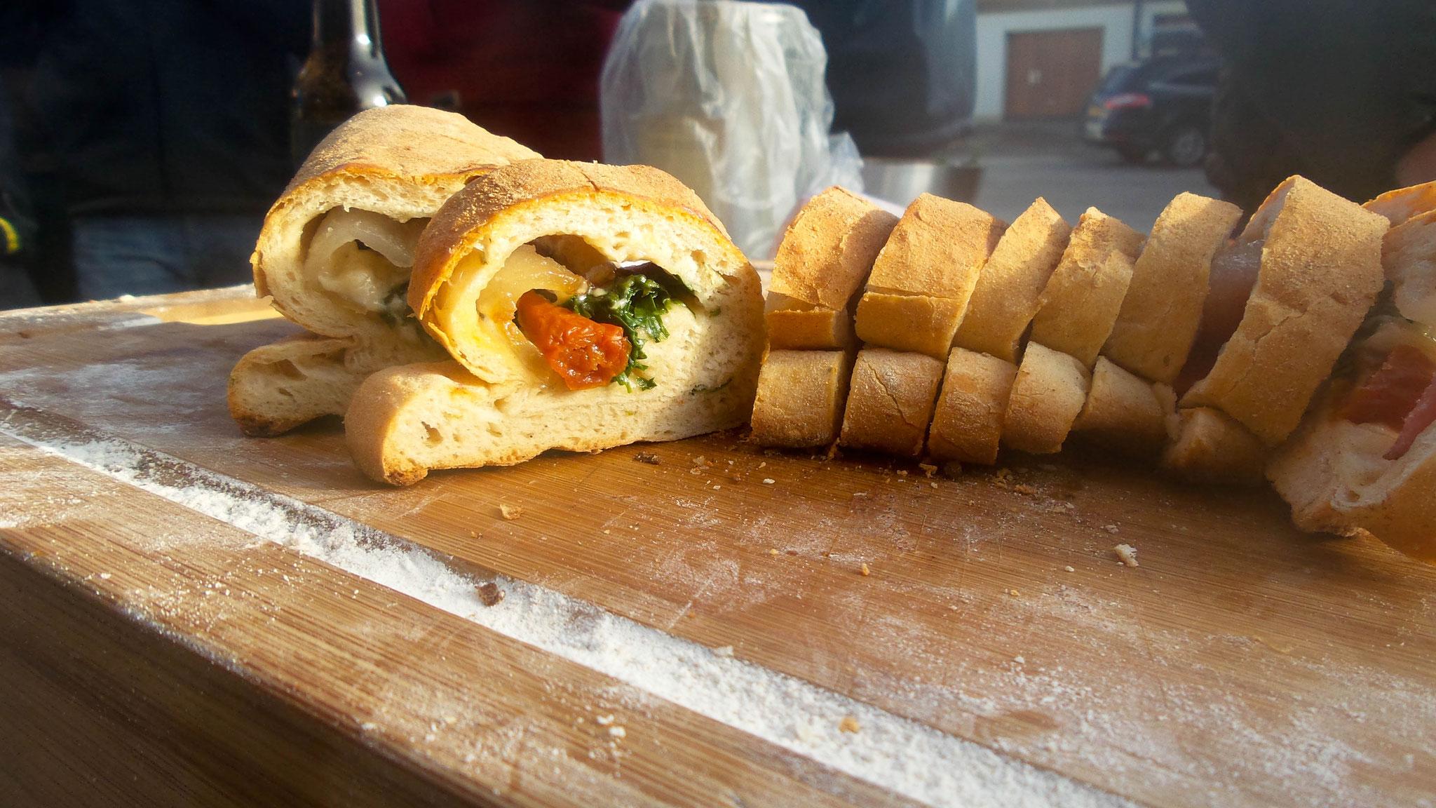 gefülltes hausgebackenes Brot vom Grill ale-x-bbq