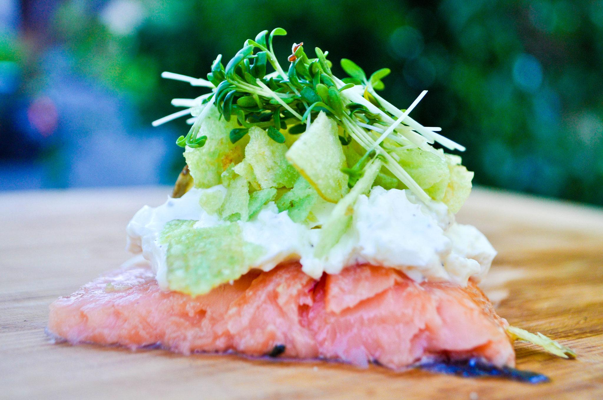 geräuchertes Lachsfilet auf der Kirschplanke mit Frischkäse und Wasabichips  ALE-X-BBQ