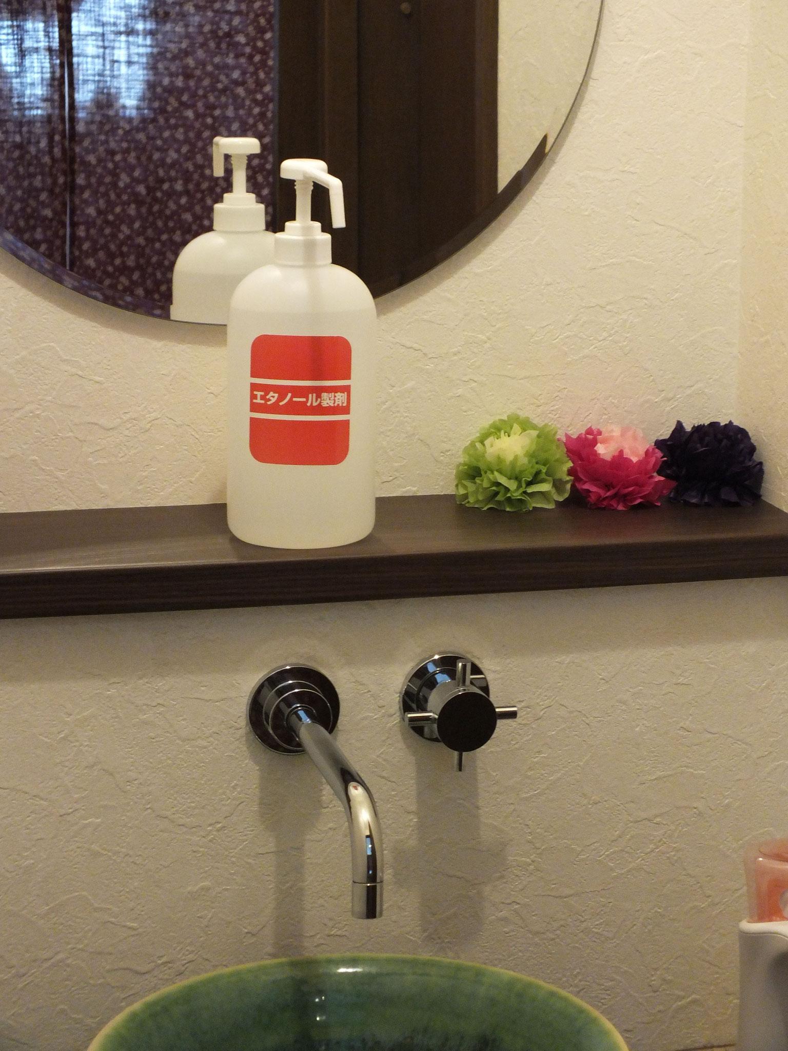 お手洗いにも消毒液を用意しました。