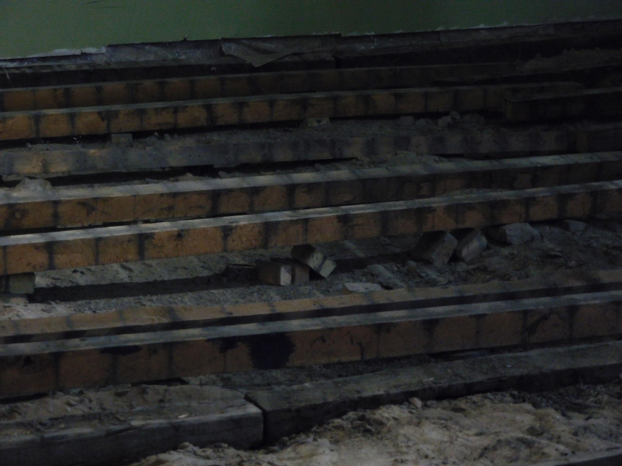 Die Ursache ist offensichtlich: Es fehlte an Sand und die Balken waren teilweise verrottet (Oktober 2015).