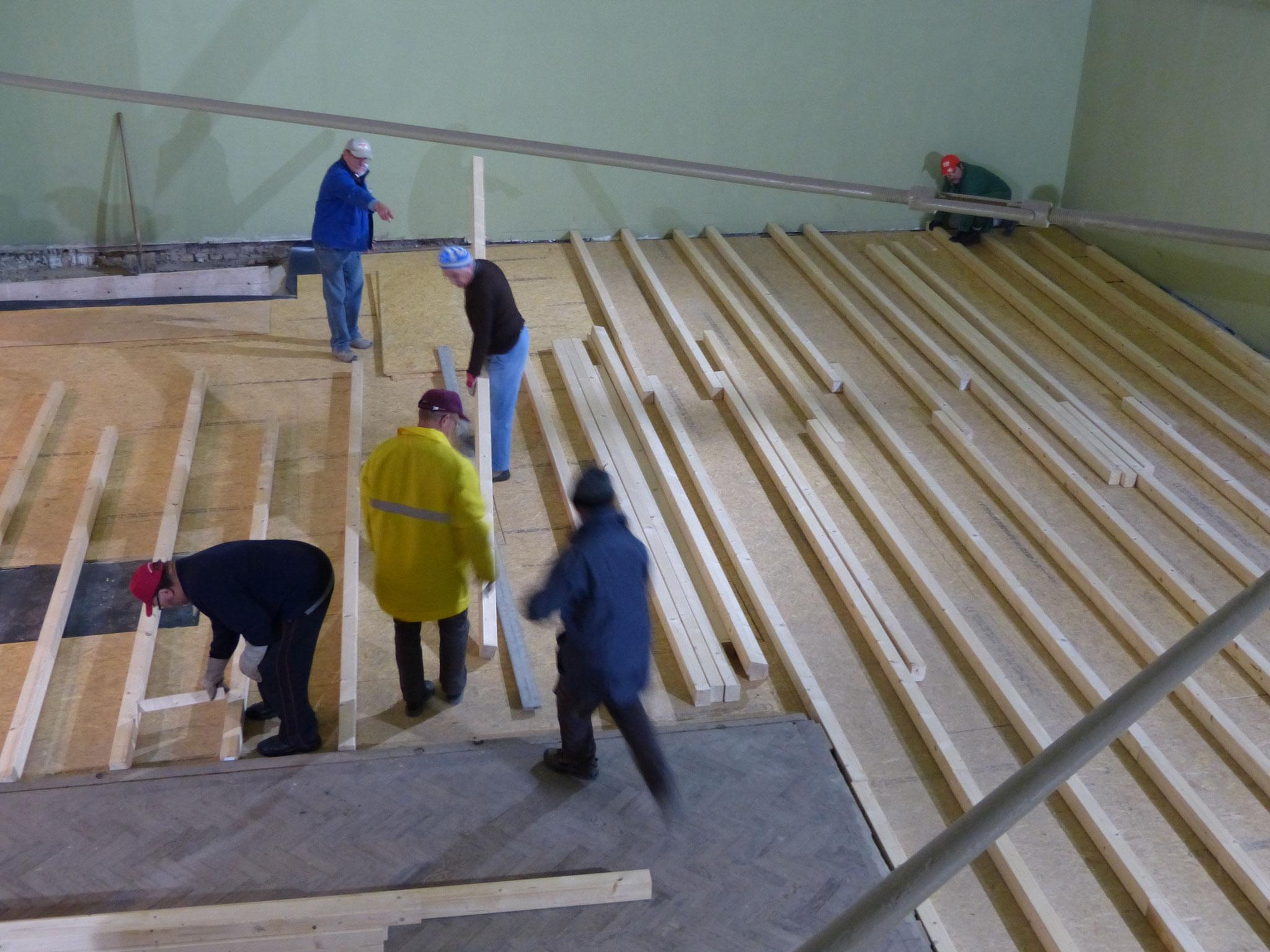 Sand wurde aufgefüllt, nivelliert, eine Folie und OSB-Platten bilden den neuen Untergrund, auf den die Unterkonstruktion aufgebaut wird (Januar 2016).