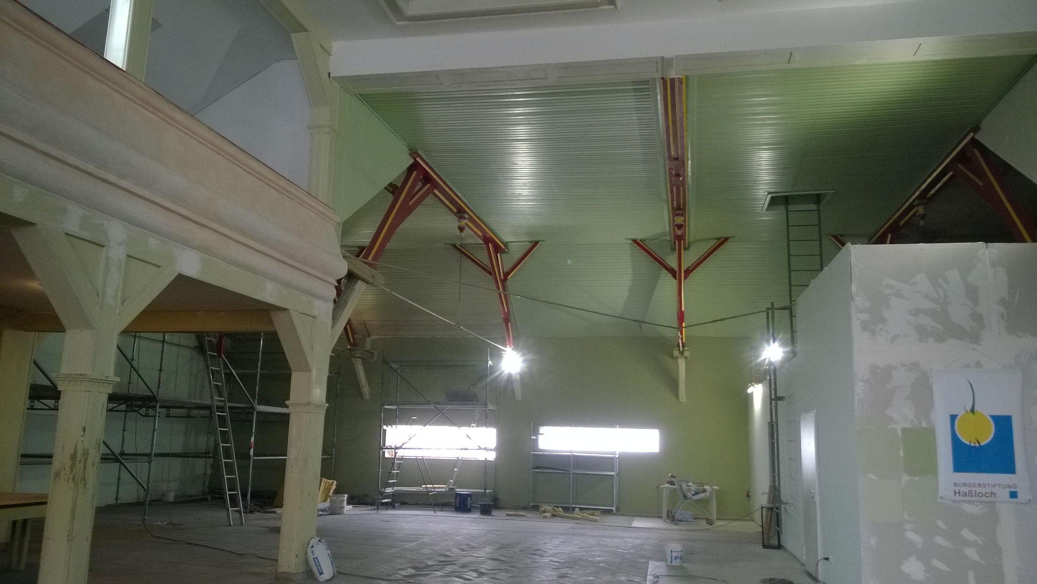Wände wurden neu verkleidet. Wände, Gebälk und Decken erhielten einen ursprünglichen Farbton (April 2015).