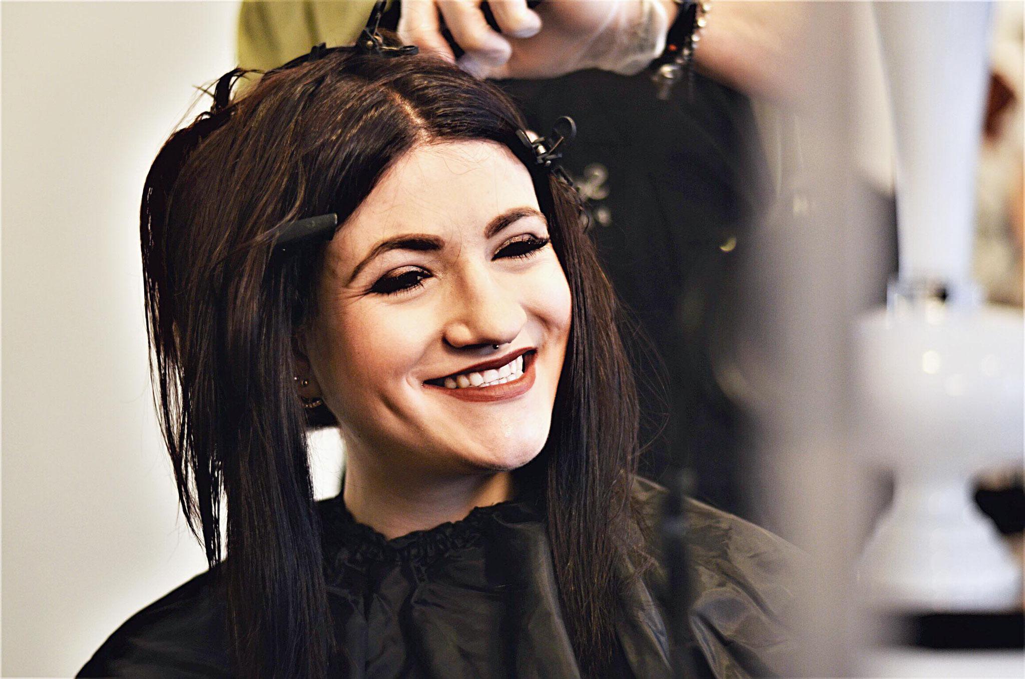 Schritt 2: Das flüssige Keratin Strähne für Strähne auf die Haare auftragen