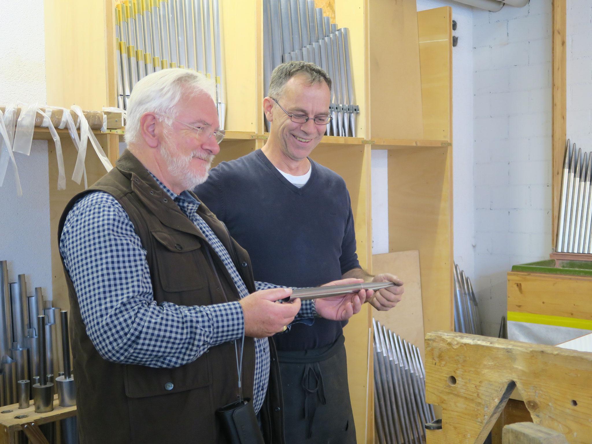 Marco übergibt die soeben gefertigte Pfeife an den Präsidenten Peter X. Bürgisser
