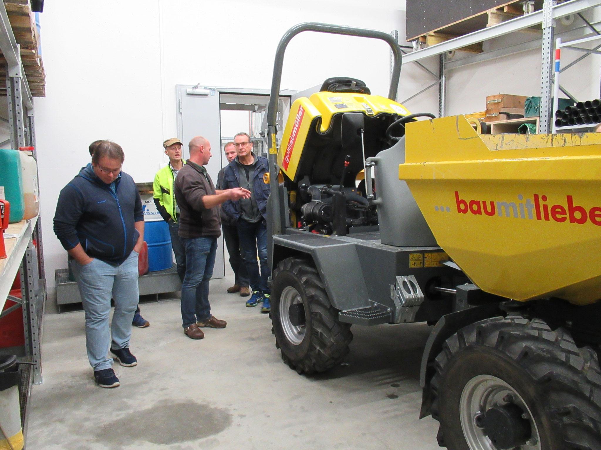 Werkhofleiter Marco Garo zeigt uns die betriebseigenen Servicewerkstätten