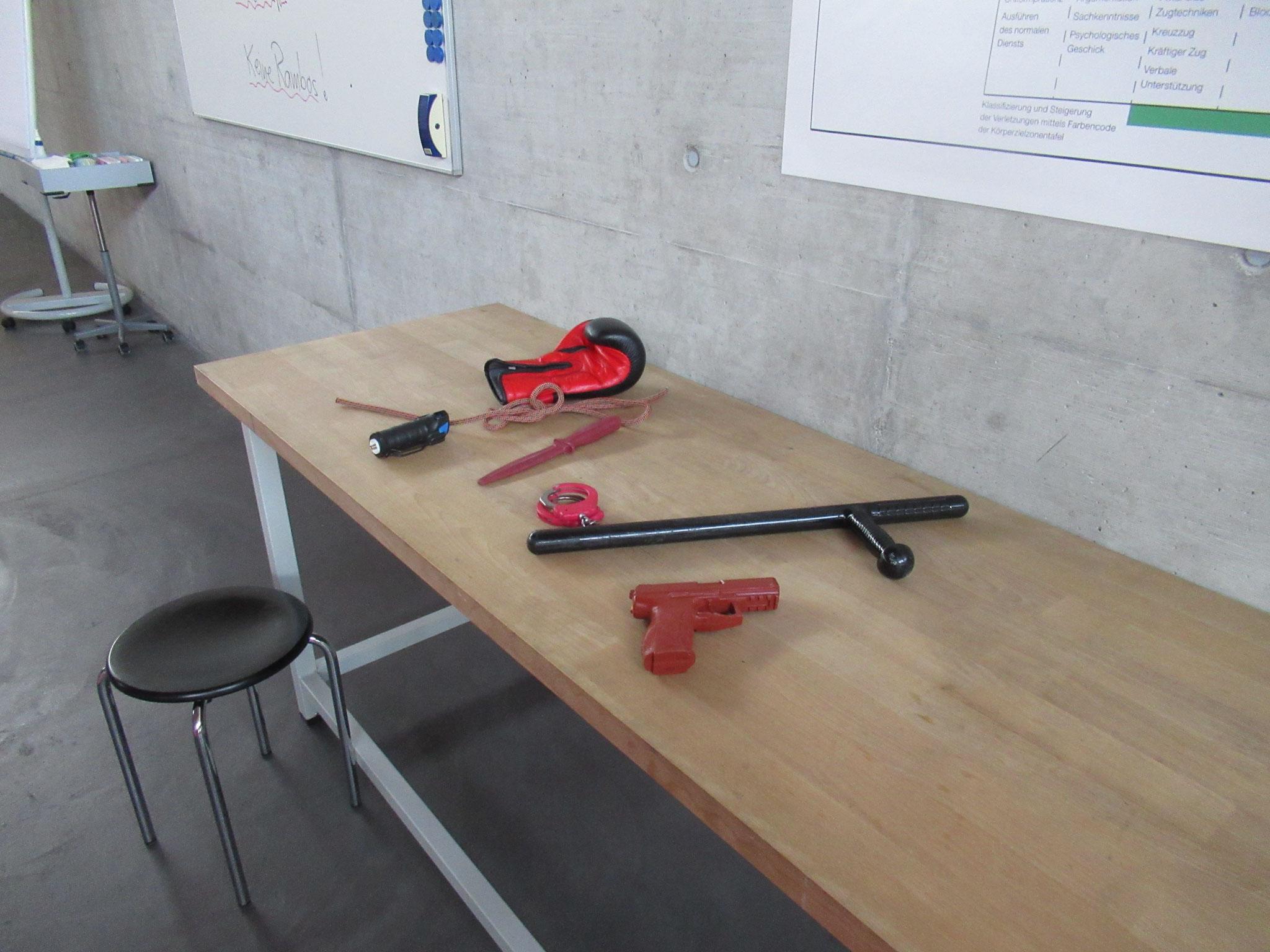 Diese Waffen und Geräte dienen für die Ausbildung im Nahkampf,