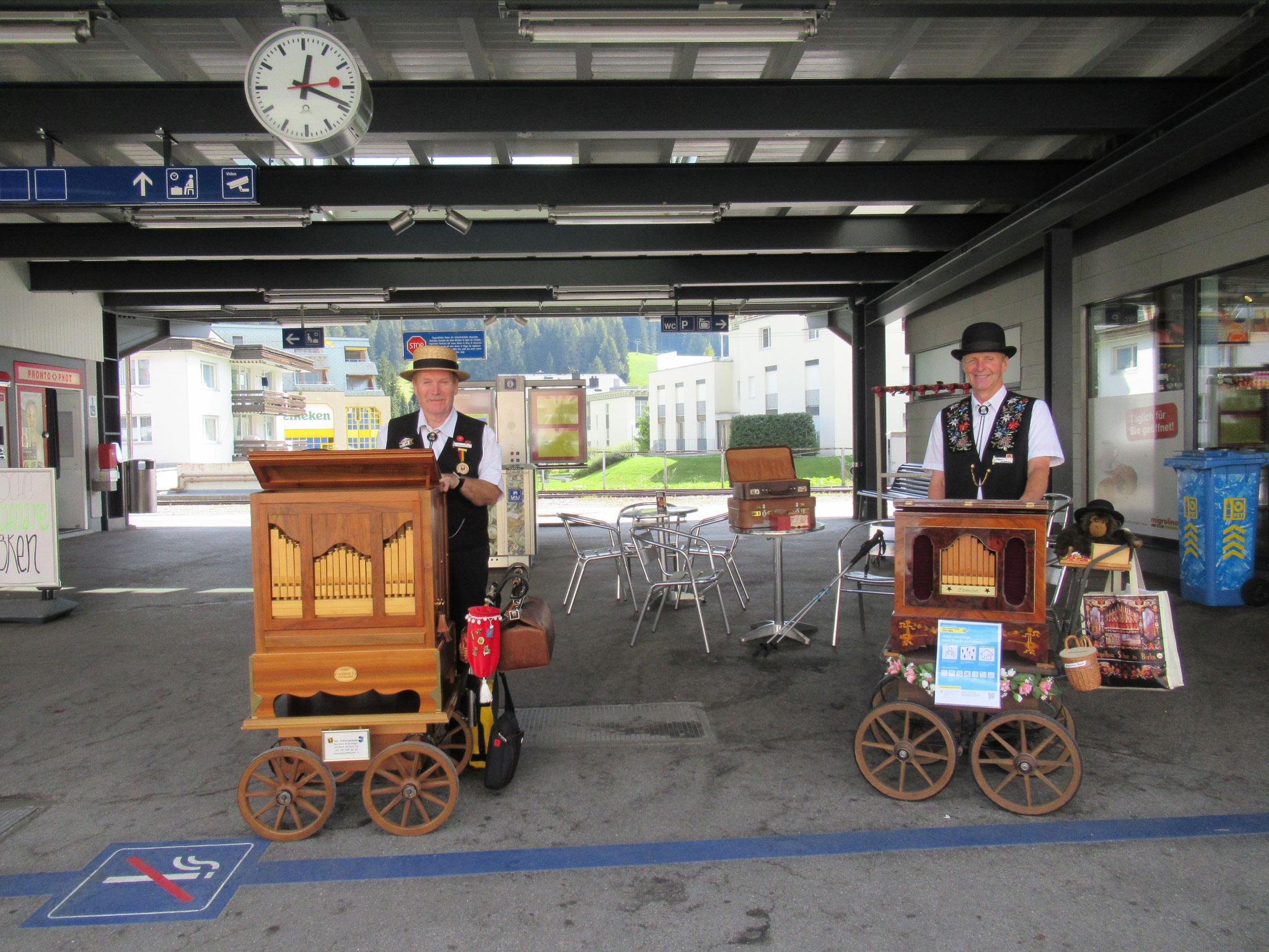 Flösser-Sämi und Hans Aeschbacher beim Bahnhof Davos Dorf