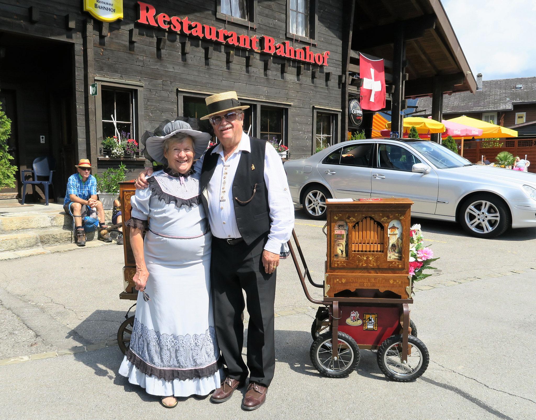 Das Drehorgelpaar Heinz und Margrit Pfister aus dem Kanton Zürich