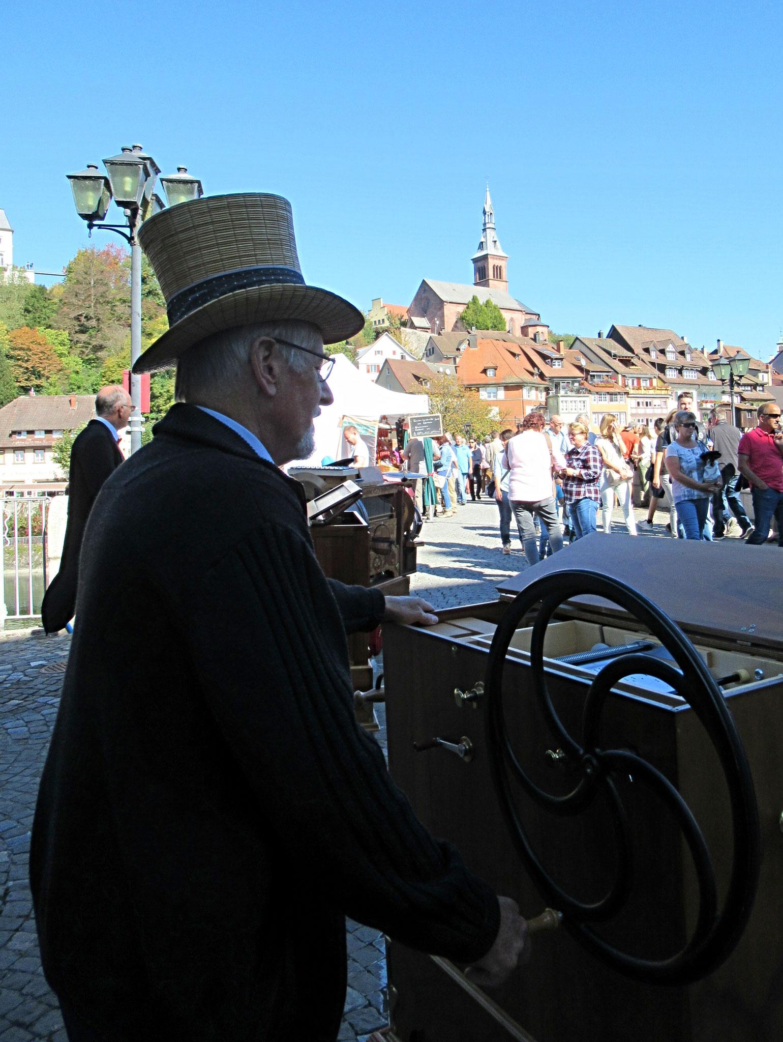 Hans Schmid mit seiner Eigenbau Konzertorgel 45/108
