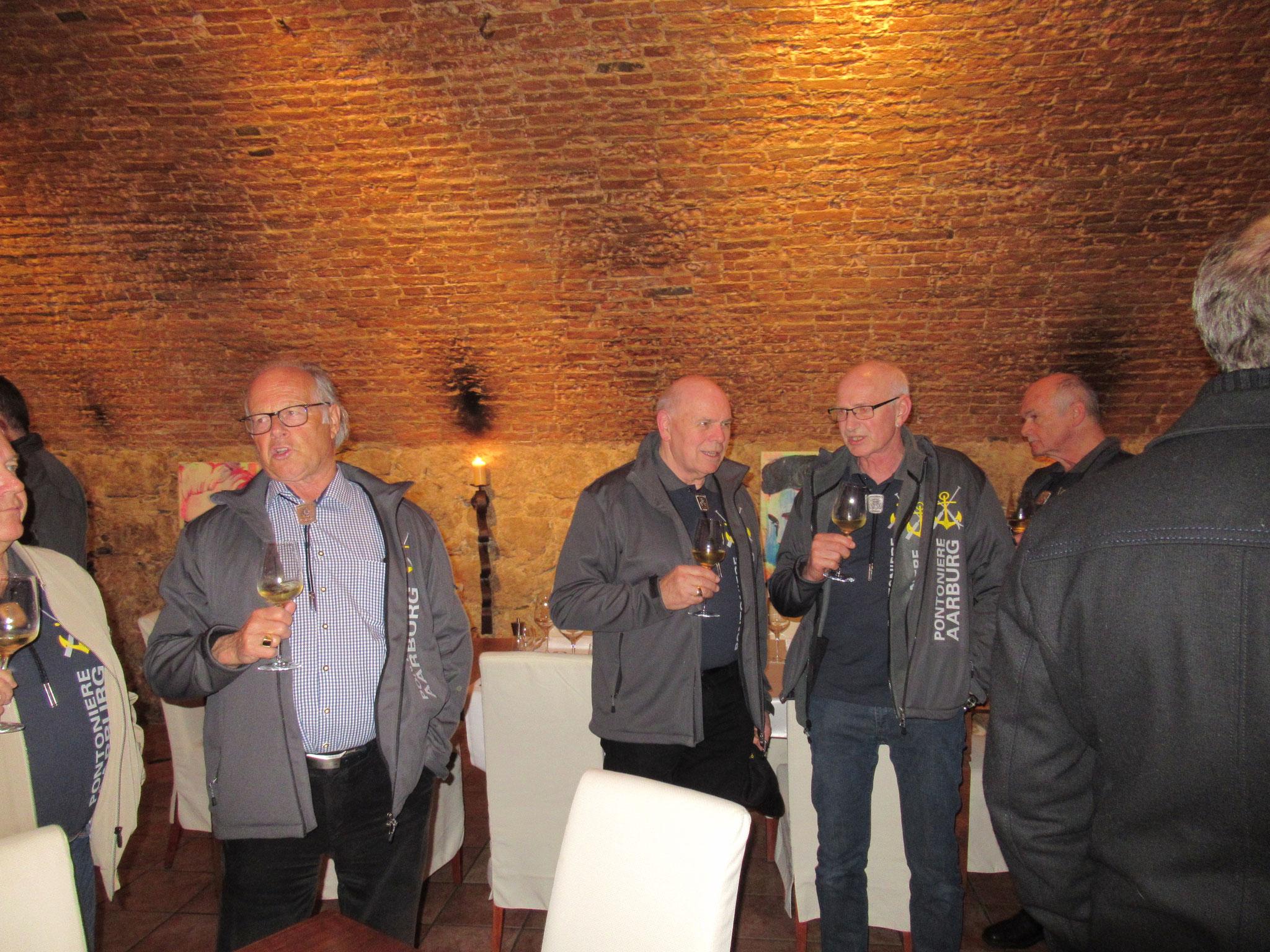 Eifriges Diskutieren beim unvorher gesehenen zusätzlich Apéro vor dem Nachtessen im La Perla