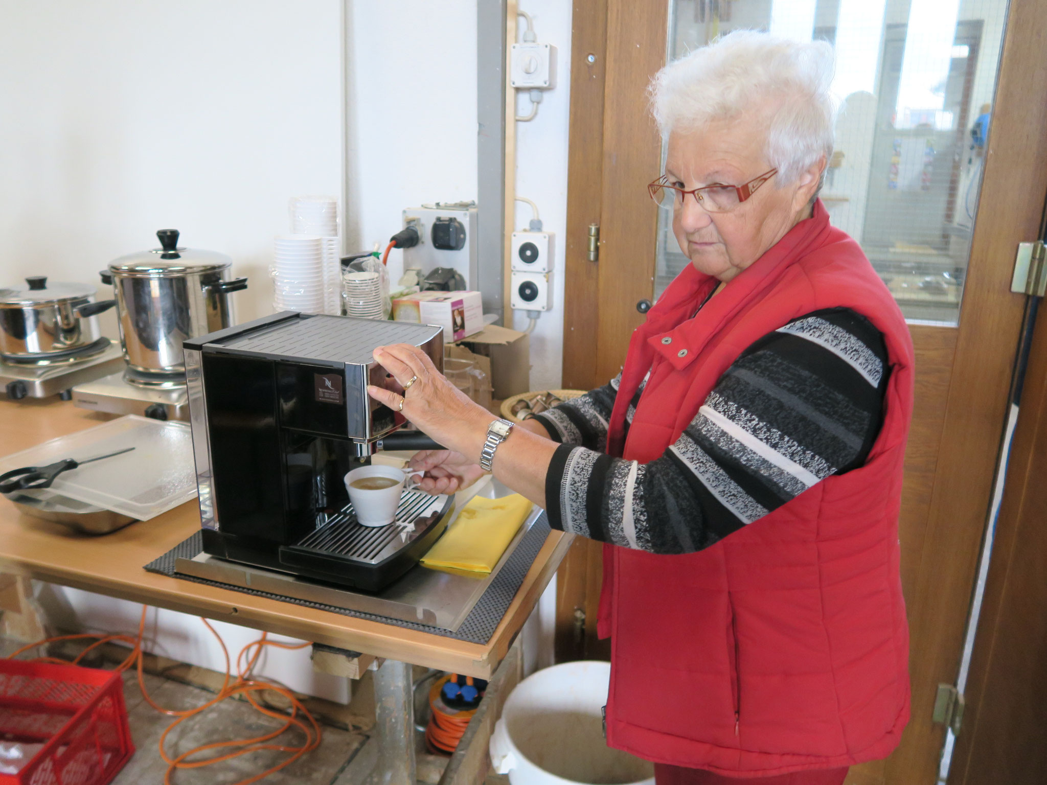 Rosmarie Schmid serviert uns einen feinen Kaffee und Gipfeli