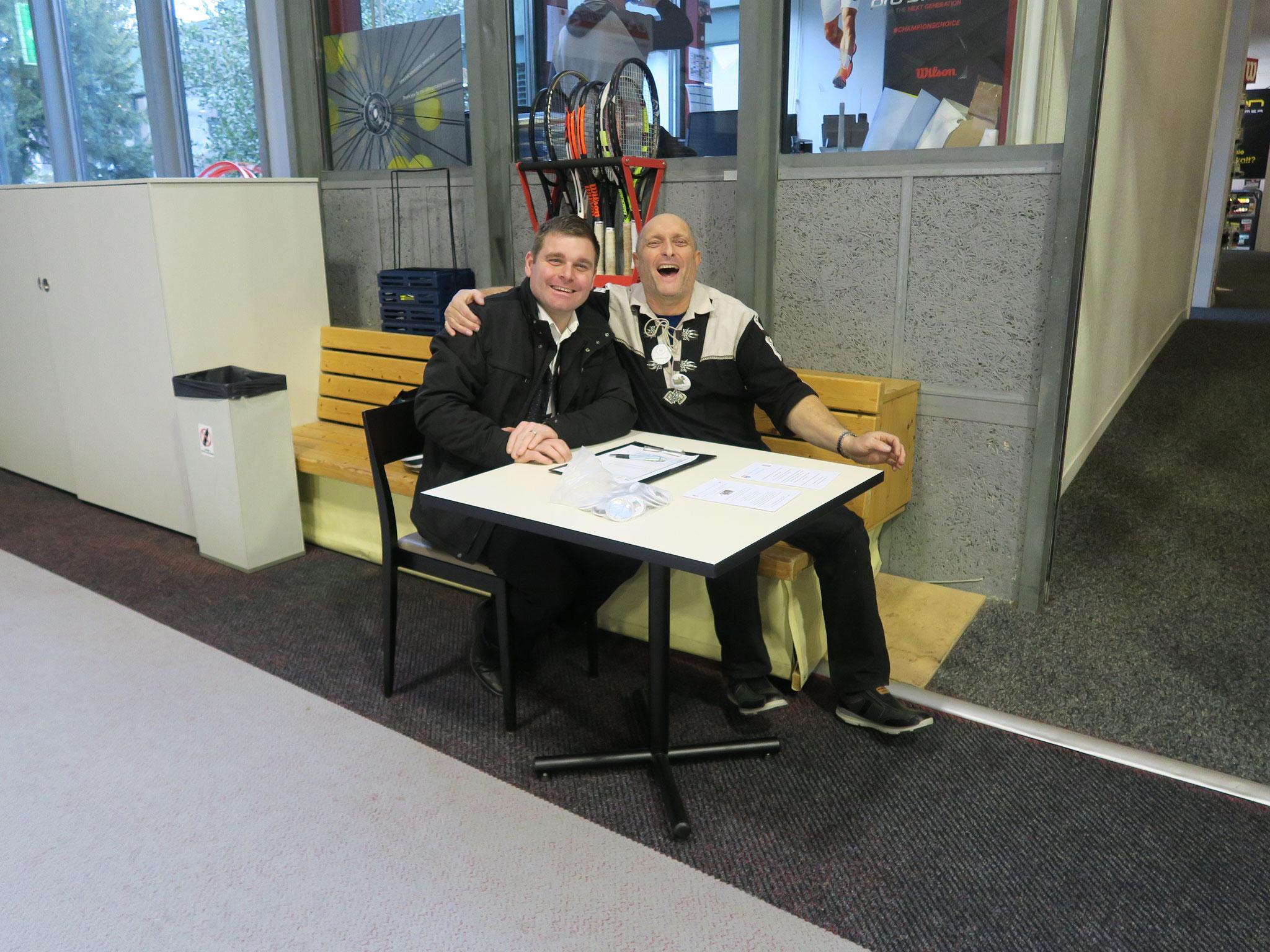 Cyril Schulthess und Wisi Schwitter an der Eingangskontrolle.