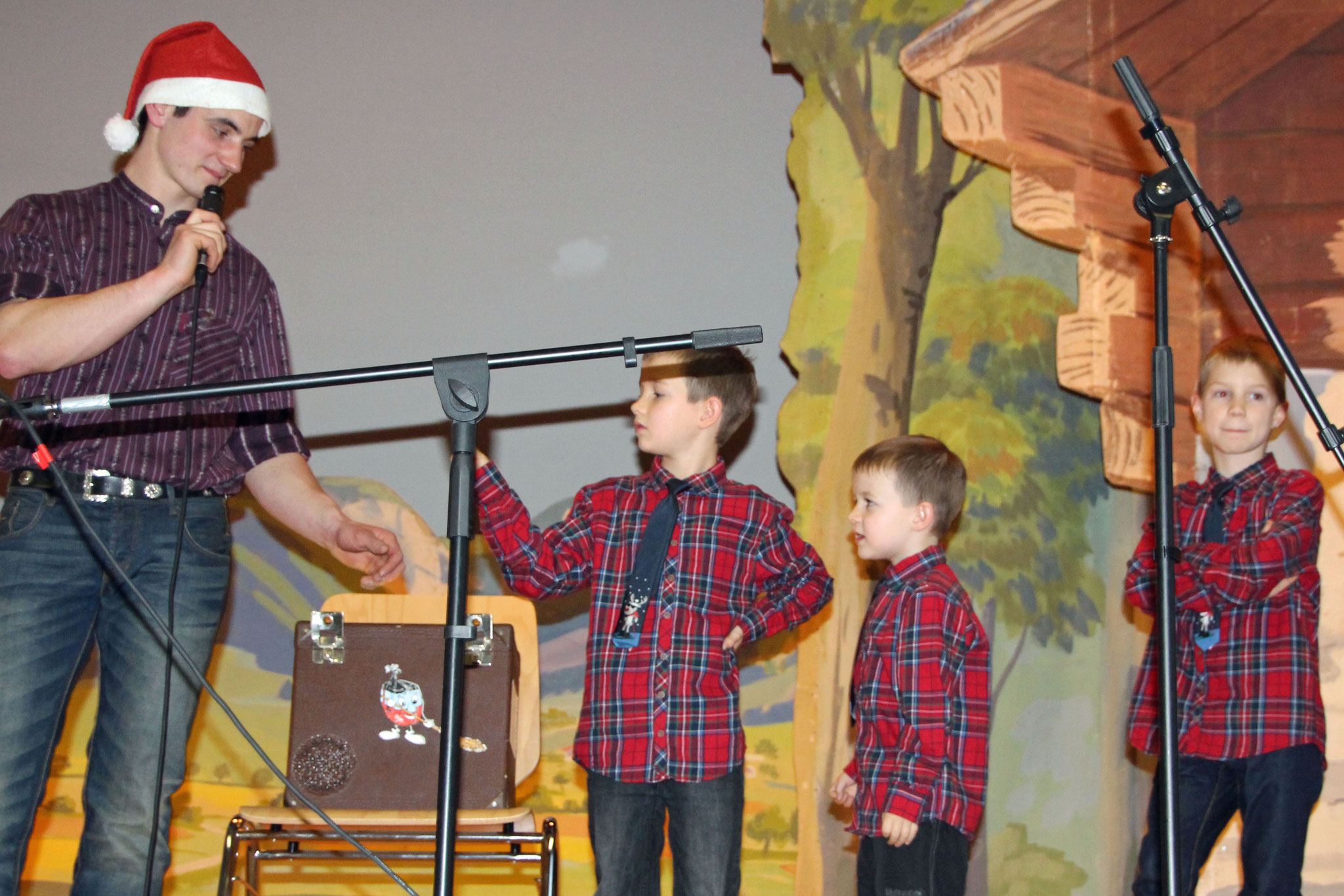 2016.12.26 Noël folklorique de Cortébert / Kevin et les préposés au tirage de la tombola (photo Olivier Odiet)