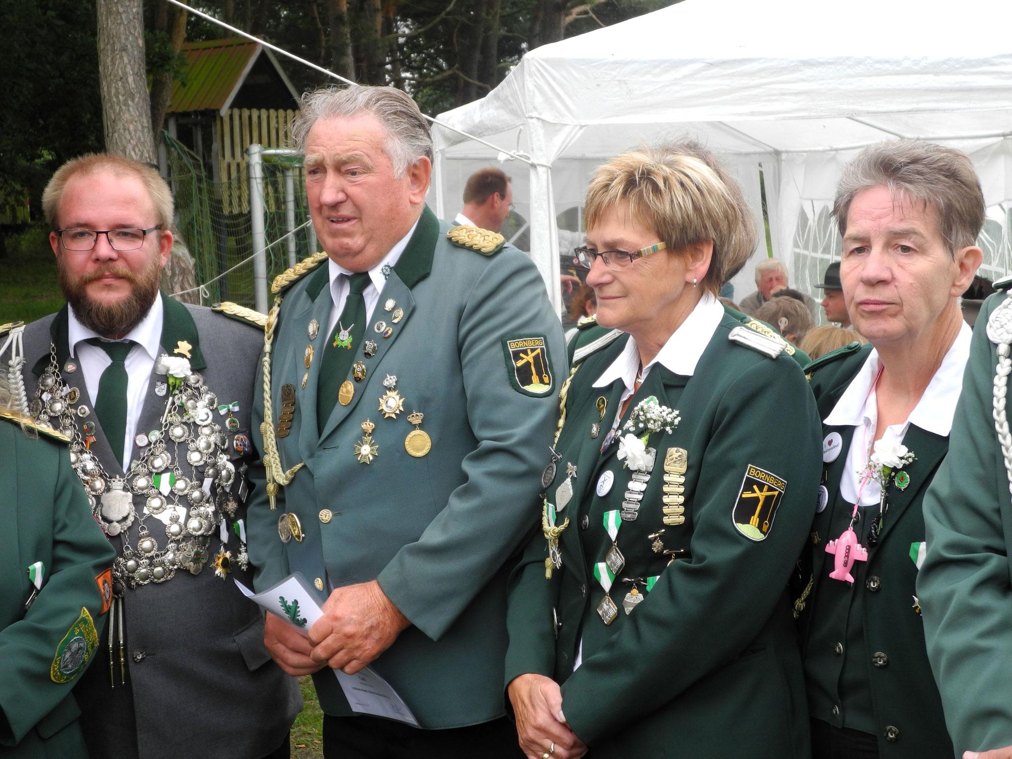 Vorstand, Antragstellerin und Geehrter lauschen der Laudatio  Foto: Bauer