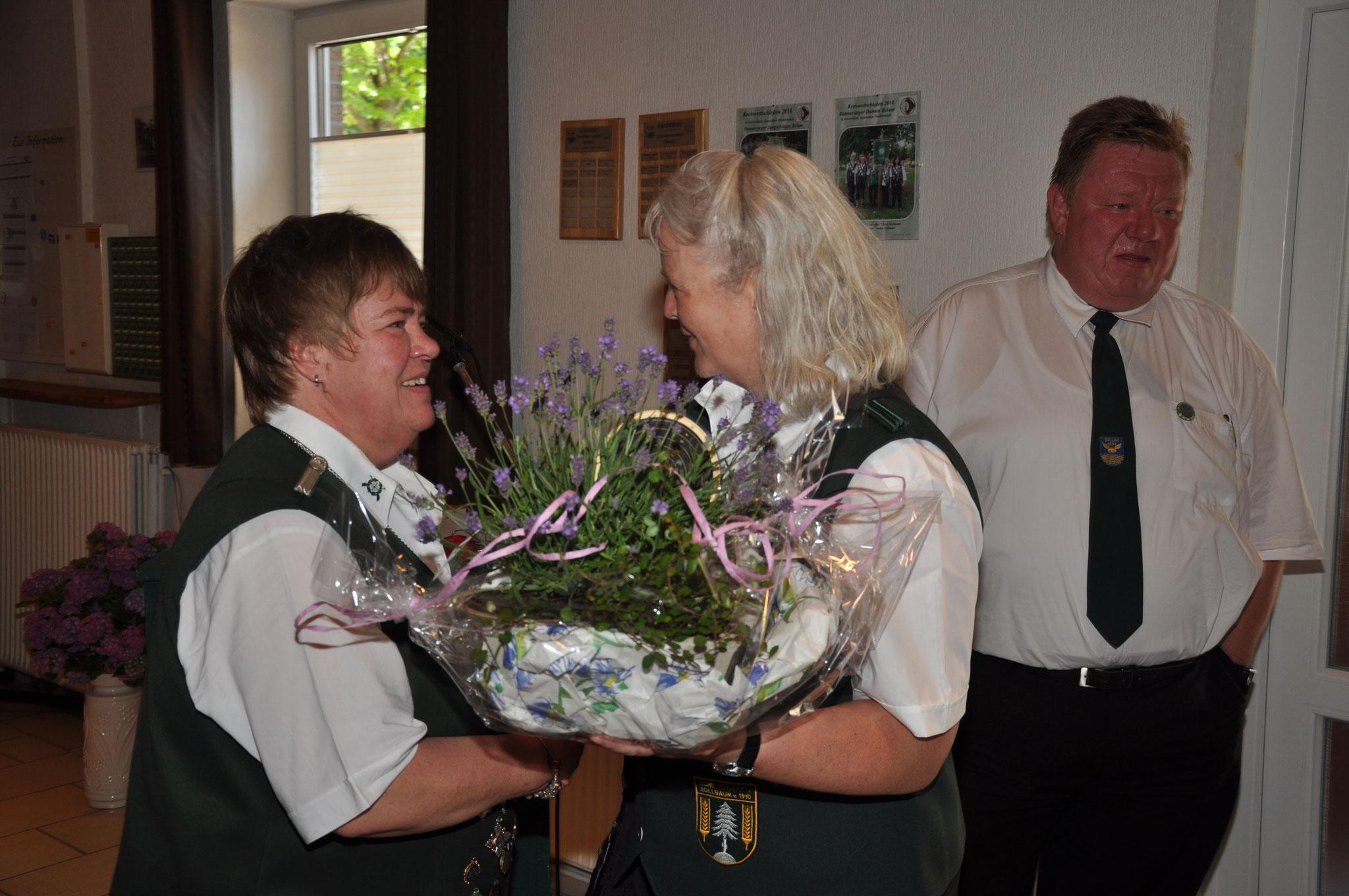 Blumengeschenk von der Damenkönigin vom SV-Zollbaum-Wingst