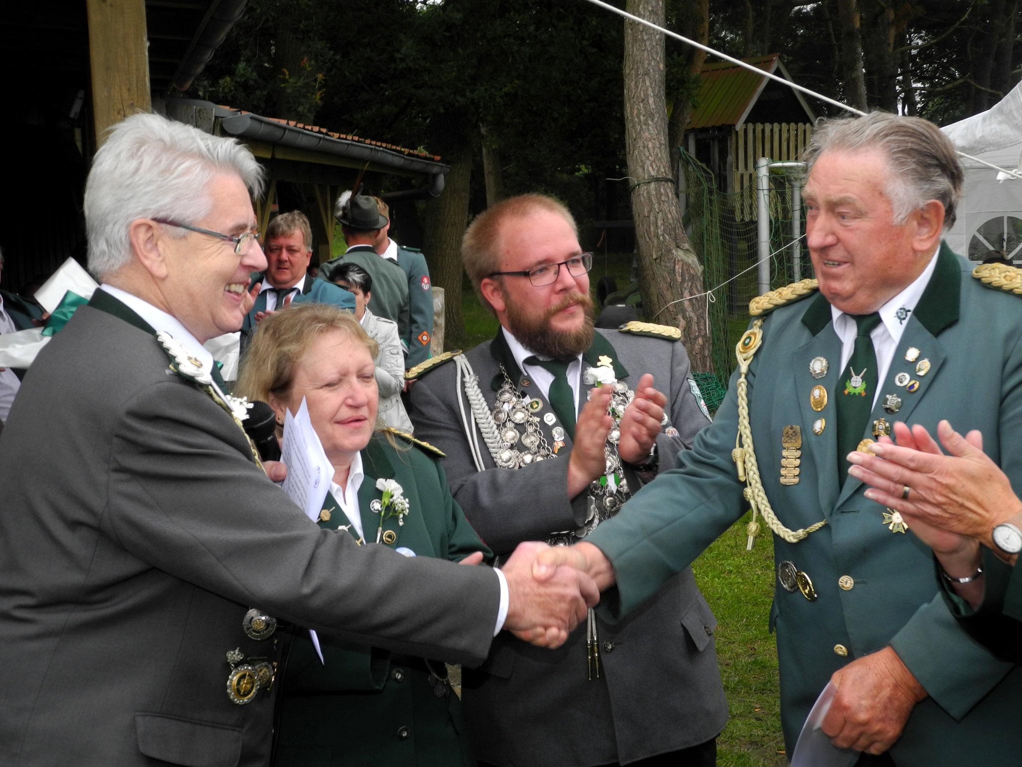 Gratulation durch den Verbandsgeschäftsführer. Foto: Bauer