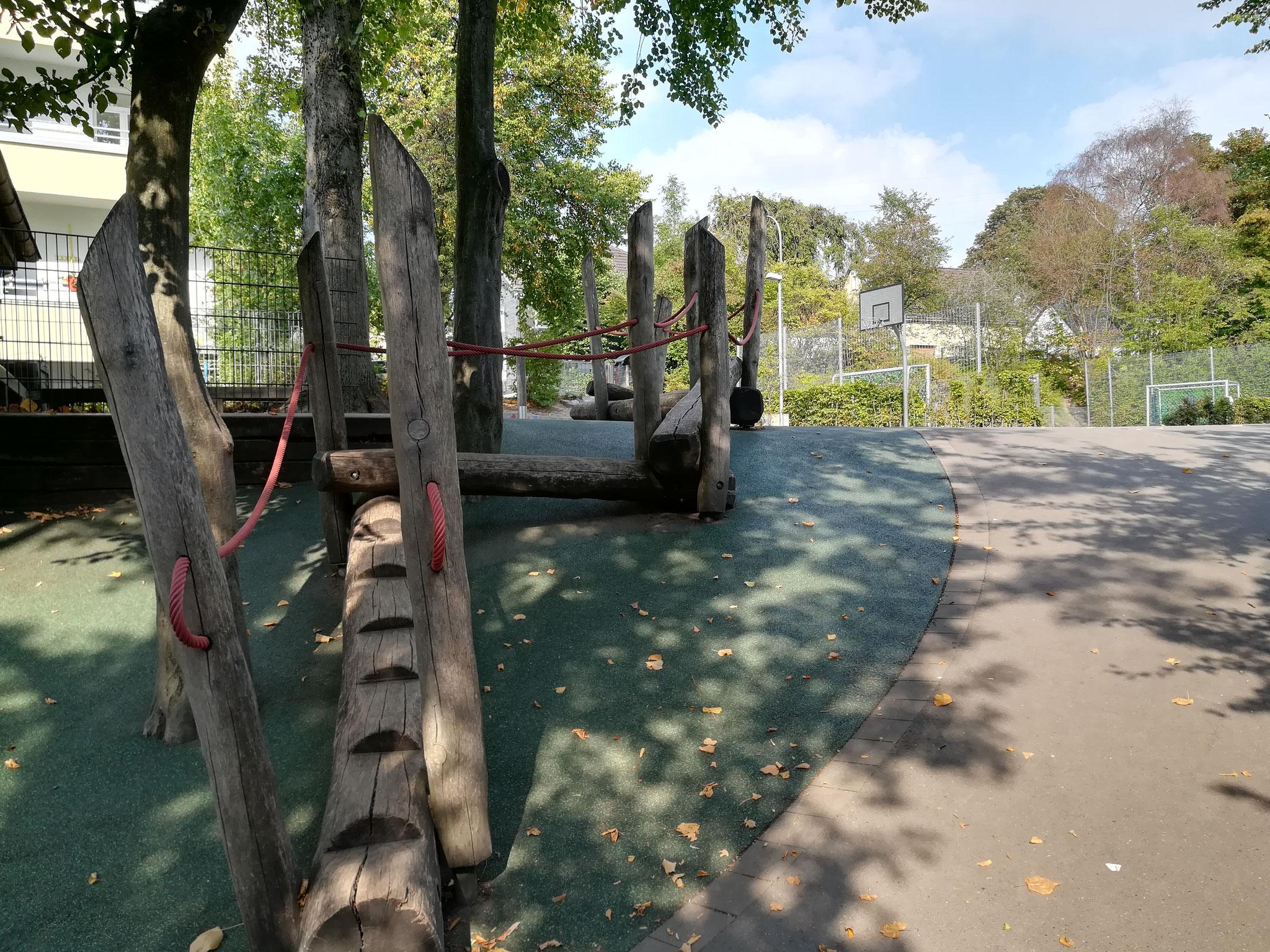 Der Weg zum oberen Schulhof