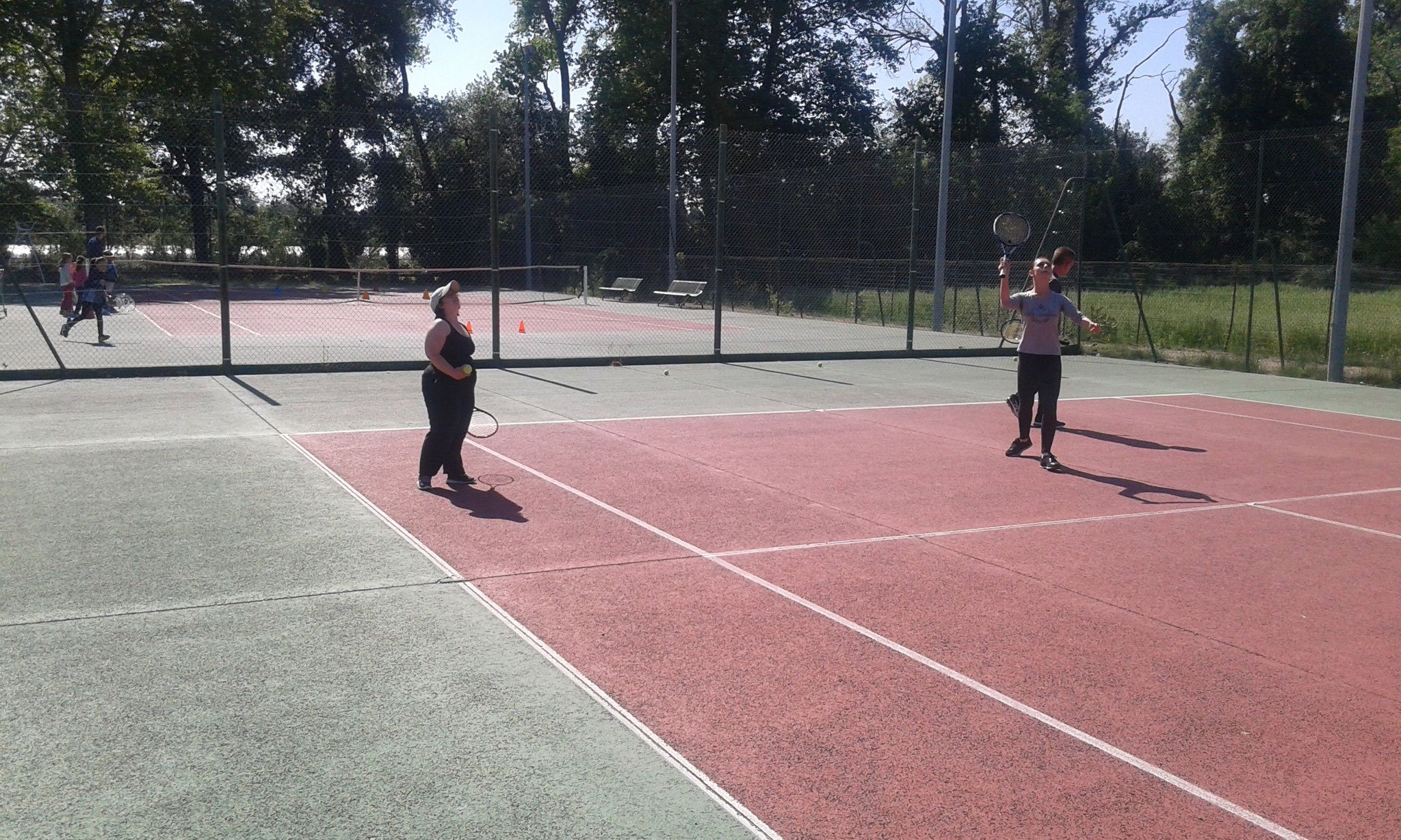 Initiation au tennis avec Alexandra du club de Saint Estève.